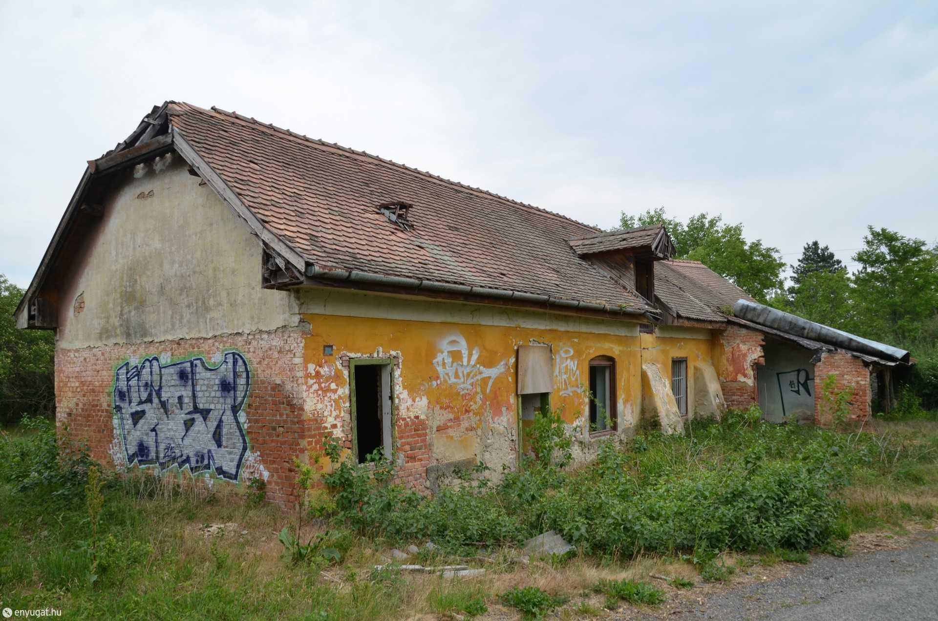 Májusban még így nézett ki az egyik évek óta elhagyott épület.