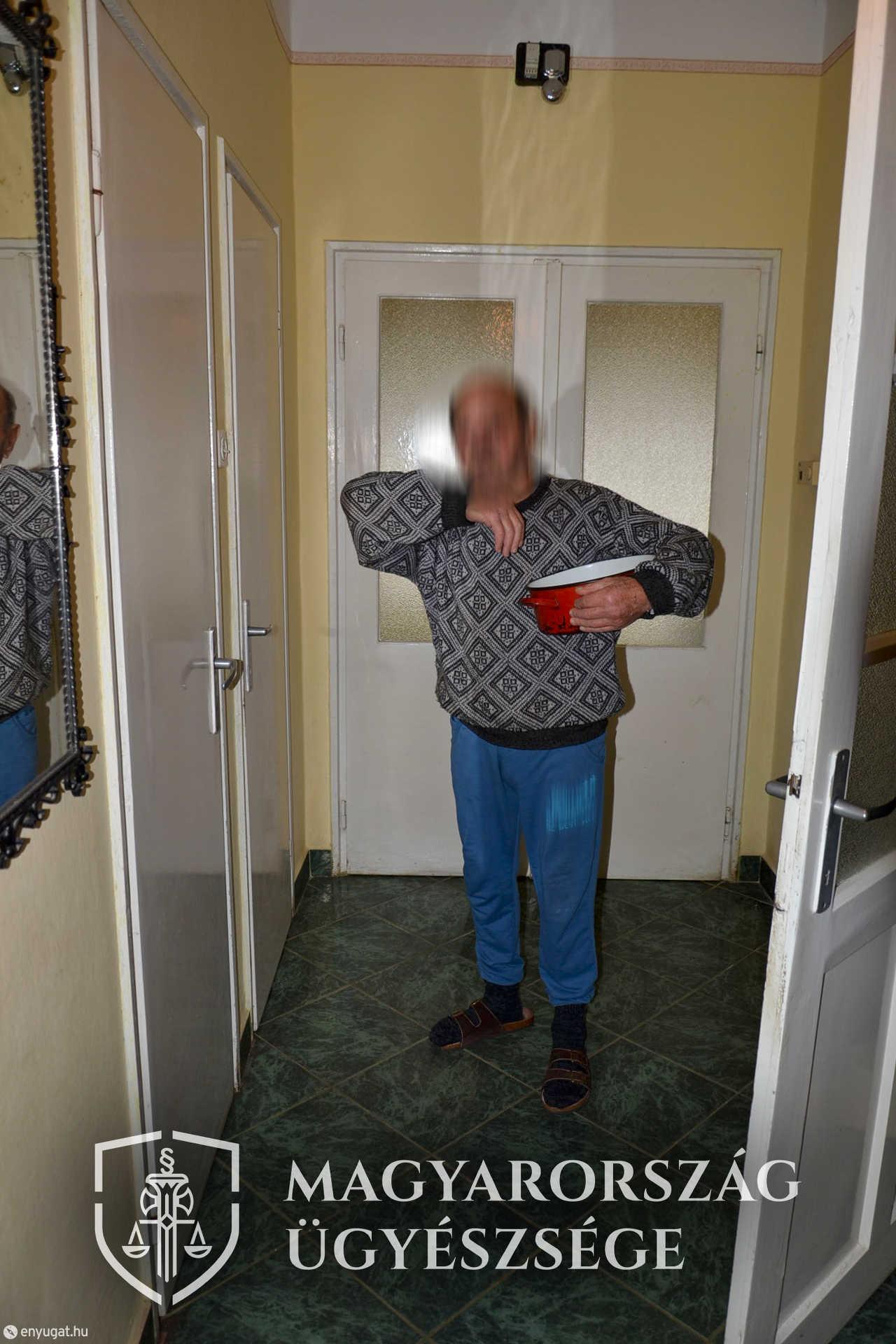 Az ügyészség fotóján a vádlott mutatja, hogyan indult az udvarra, amikor meglökte a feleségét.