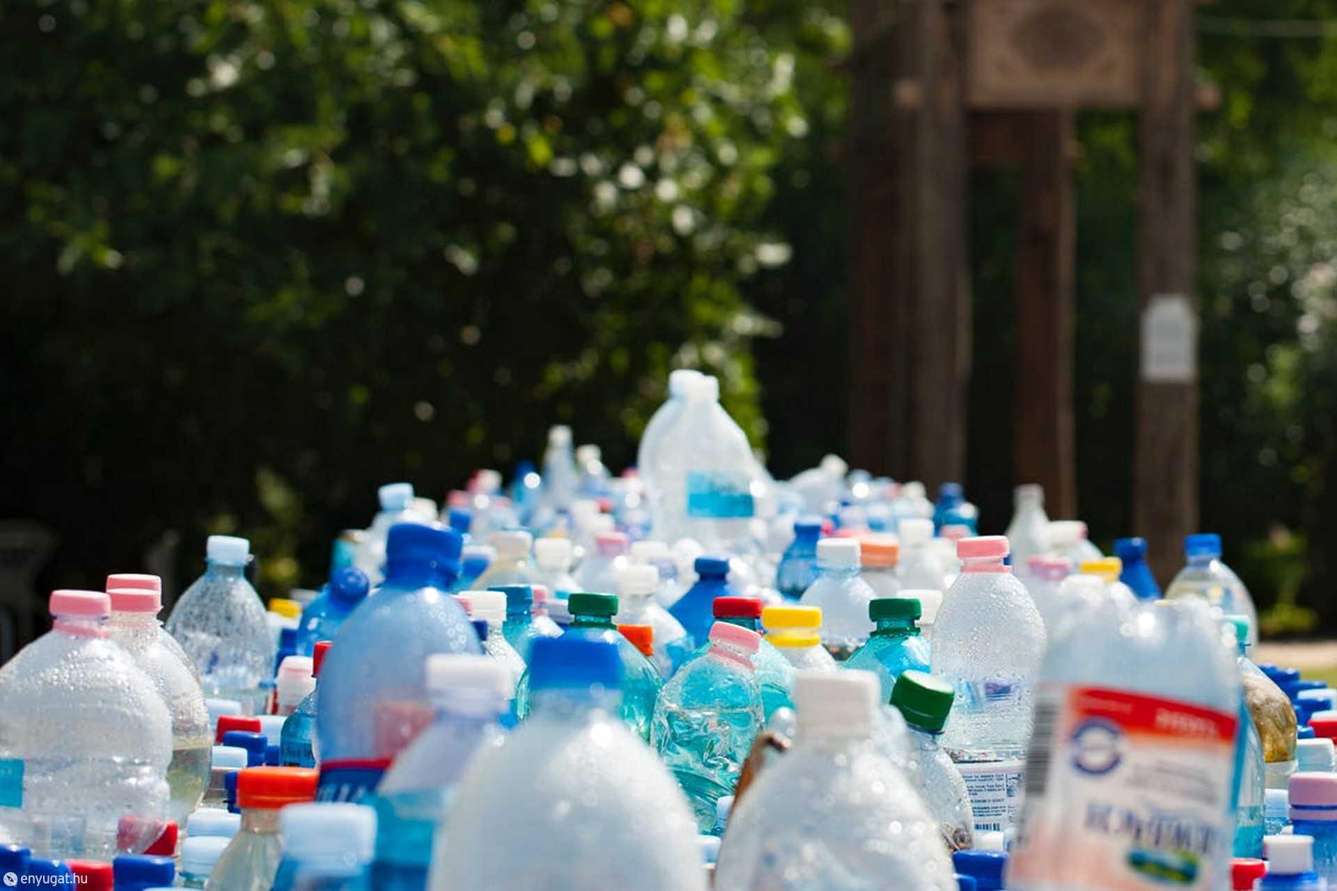 Műanyag palackból iszunk miközben a csapból is tiszta víz folyik.