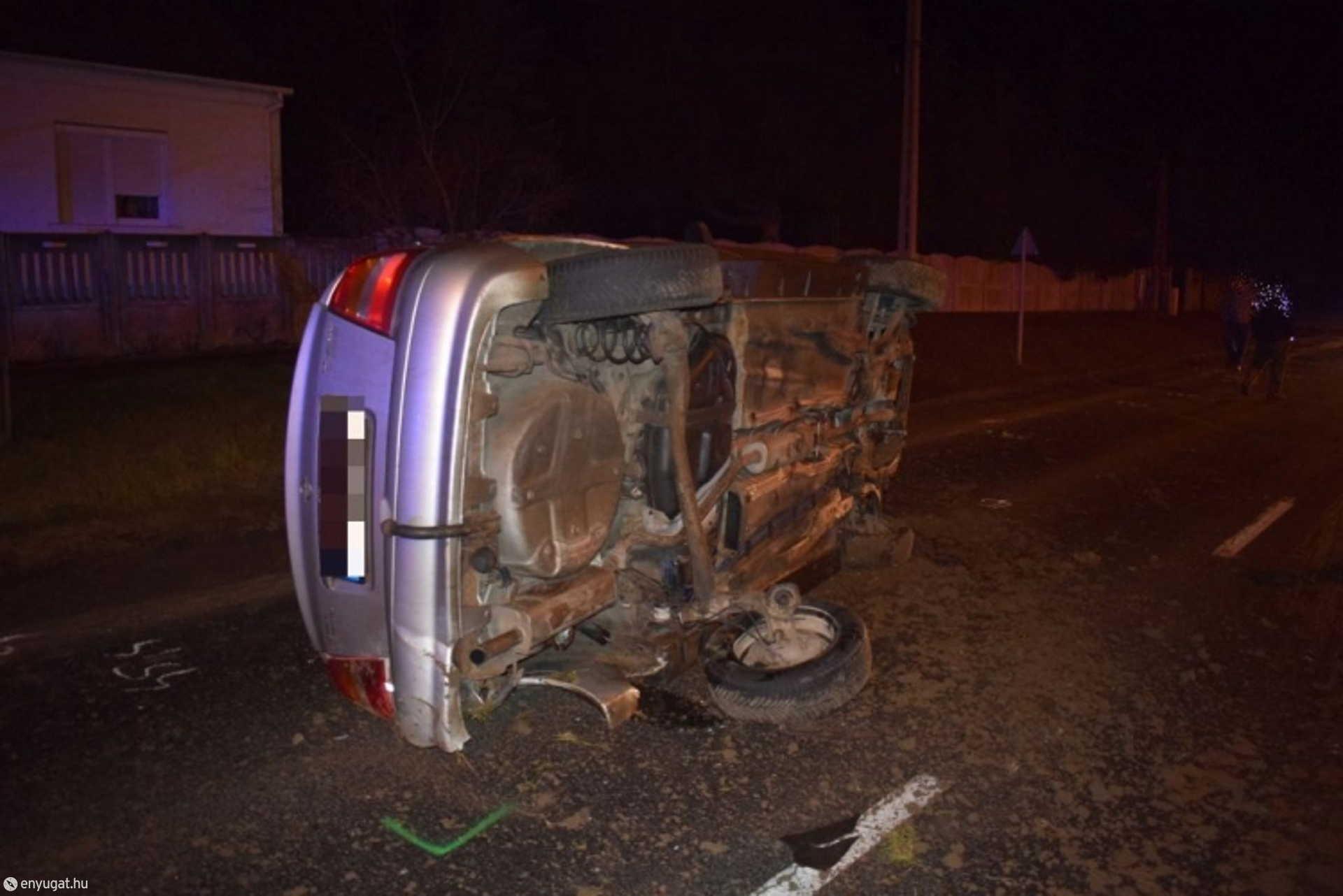 Az autó fiatal sofőrjét a mentők kórházba vitték.