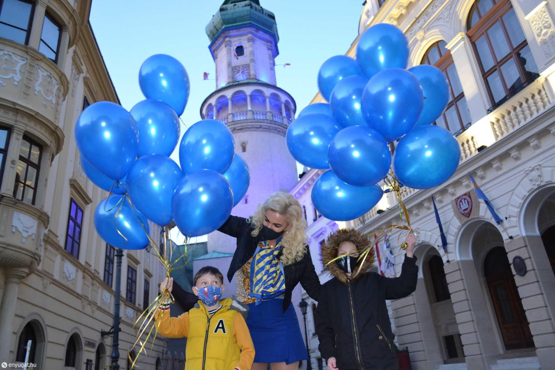 Az autizmus világnapján a kék fénybe tündöklő Tűztorony előtt engedte fel dr. Halmos Mária a gyerekekkel a kék lufikat.