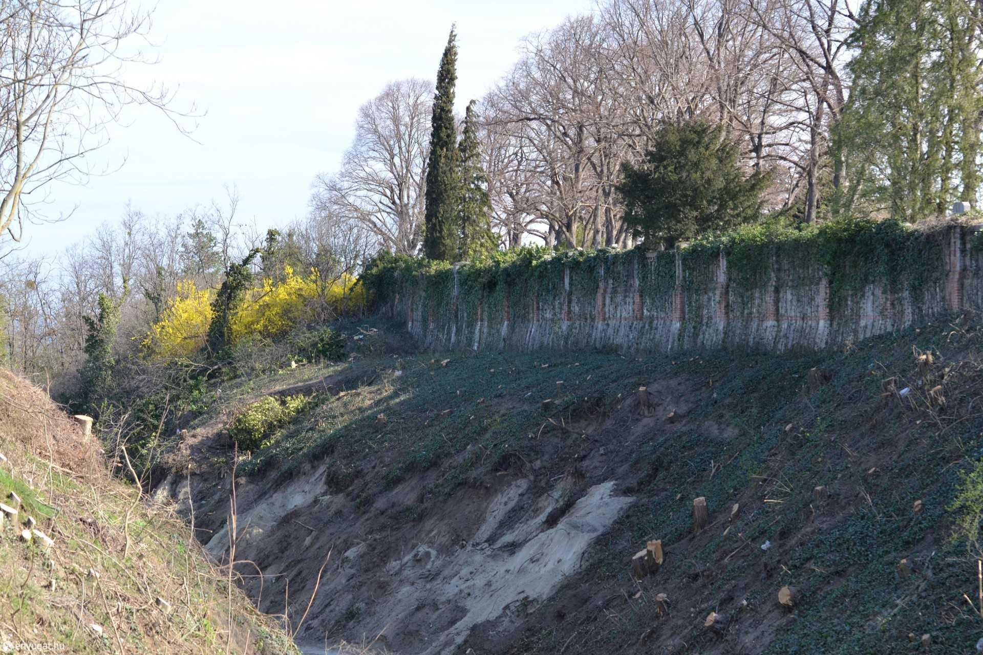 A rézsű meredek, a talaj laza, a falak pedig régiek. Azt ígérik, vigyáznak a temetőre.