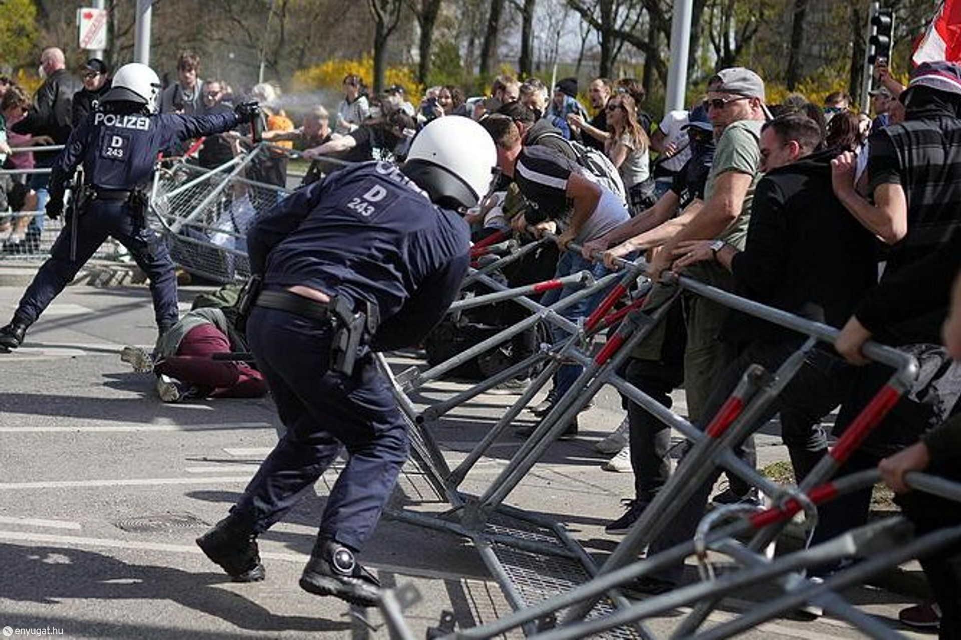 A tüntetőkkel szemben bors-spray-ket is használtak a rendőrök.