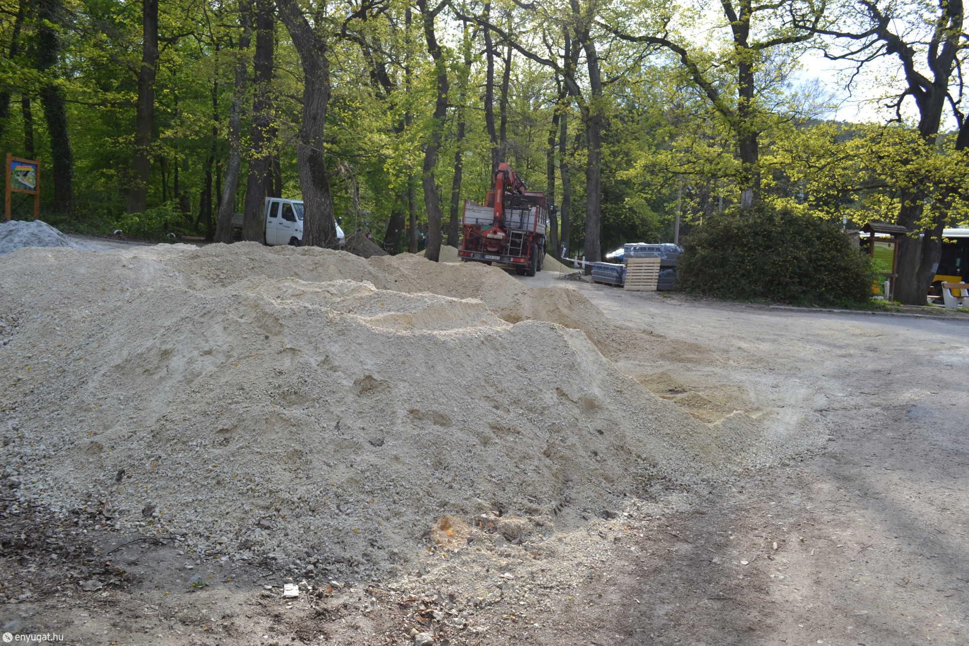 A térkövezéshez szükséges anyagok fogadják a sétálókat a buszmegállónál. Ki is van írva: építési terület.