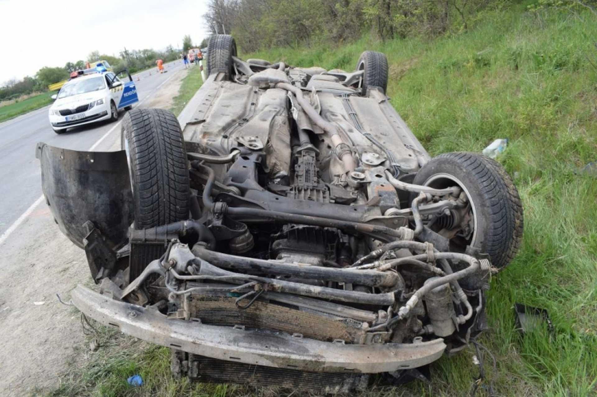 Felborult autó a 84-es úton