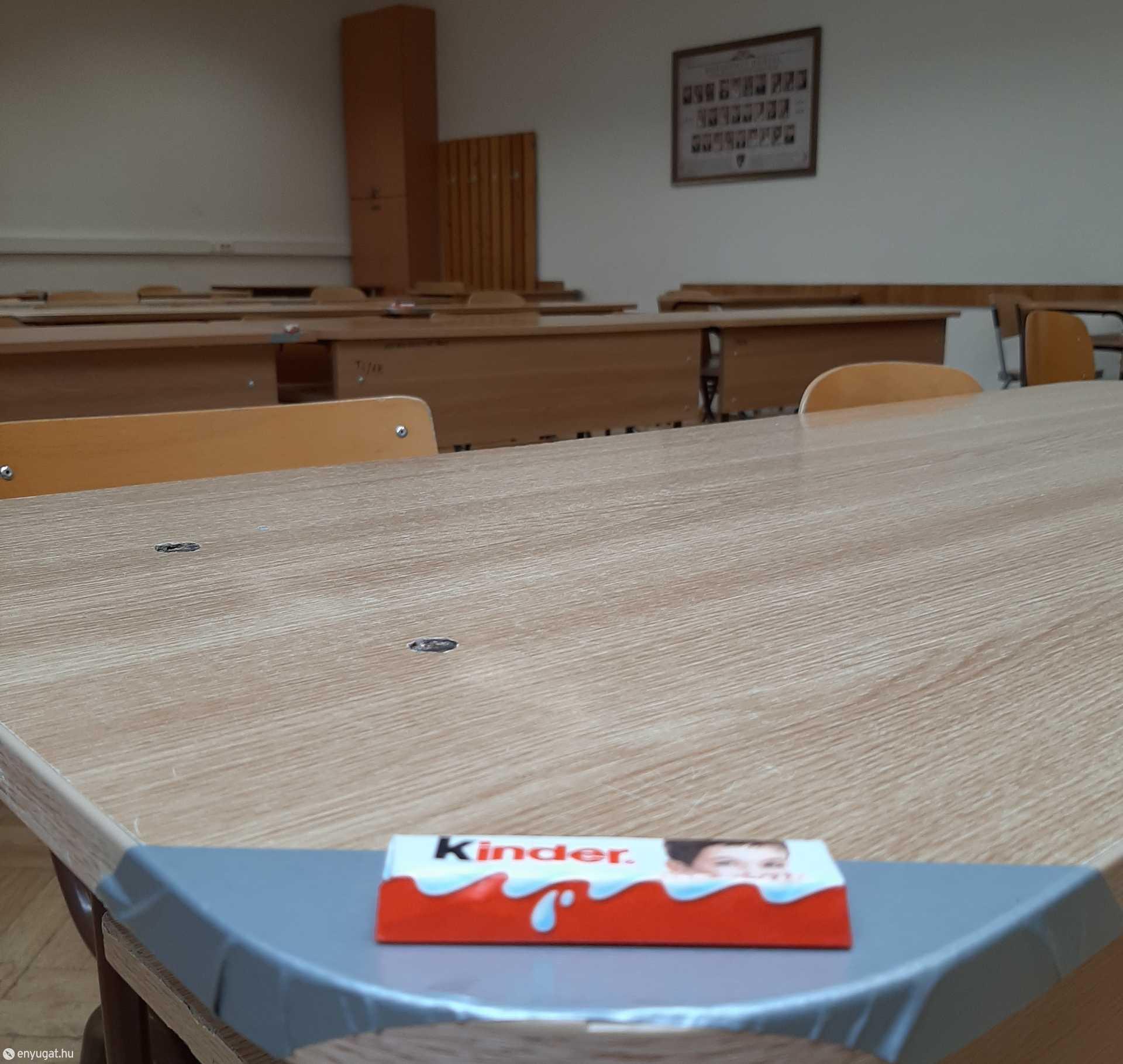 A kijelölt helyeken egy mosolygós csoki várta a vizsgázókat.