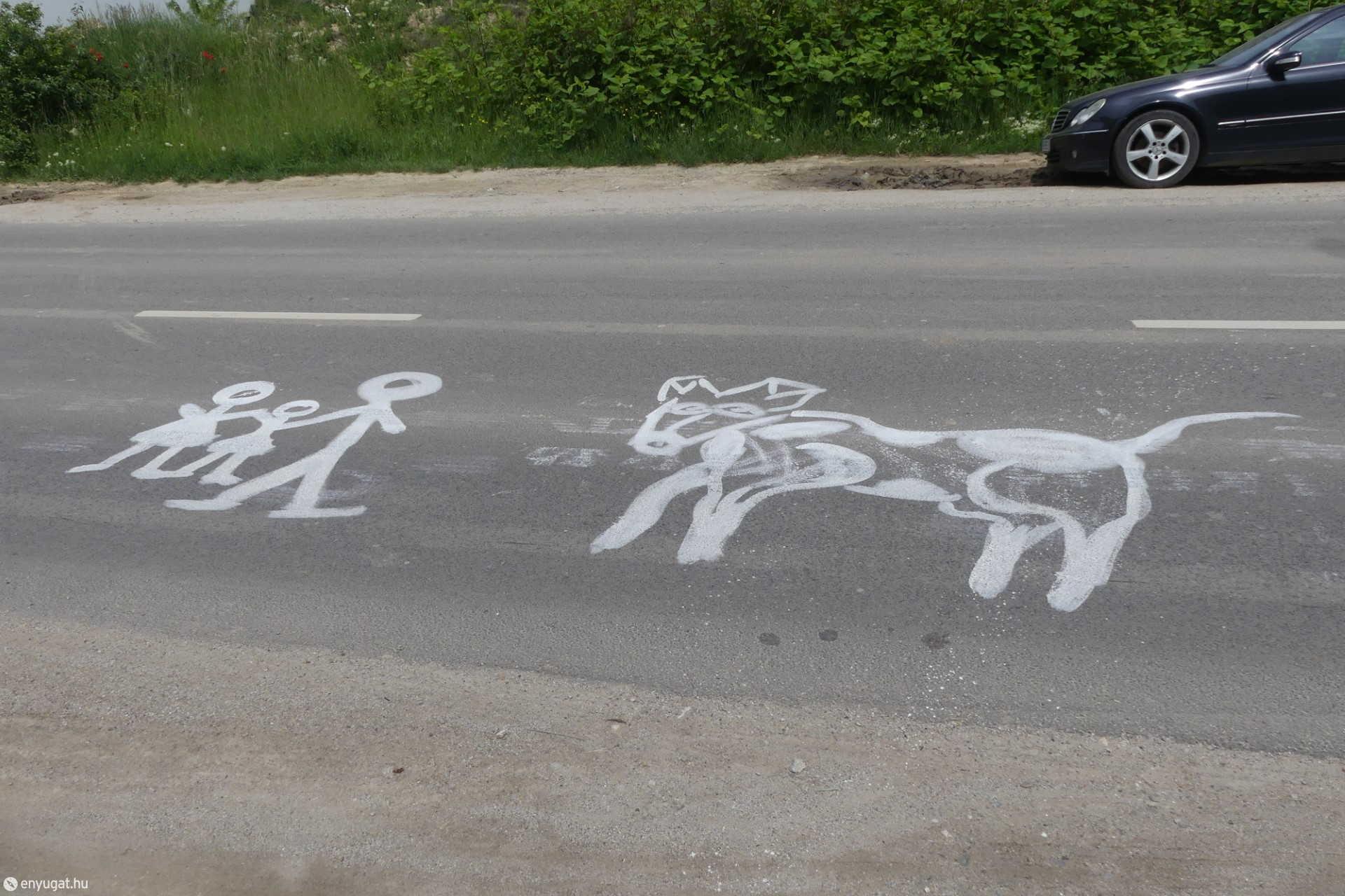 Figyelemfelhívó felfestések a Balfi úton