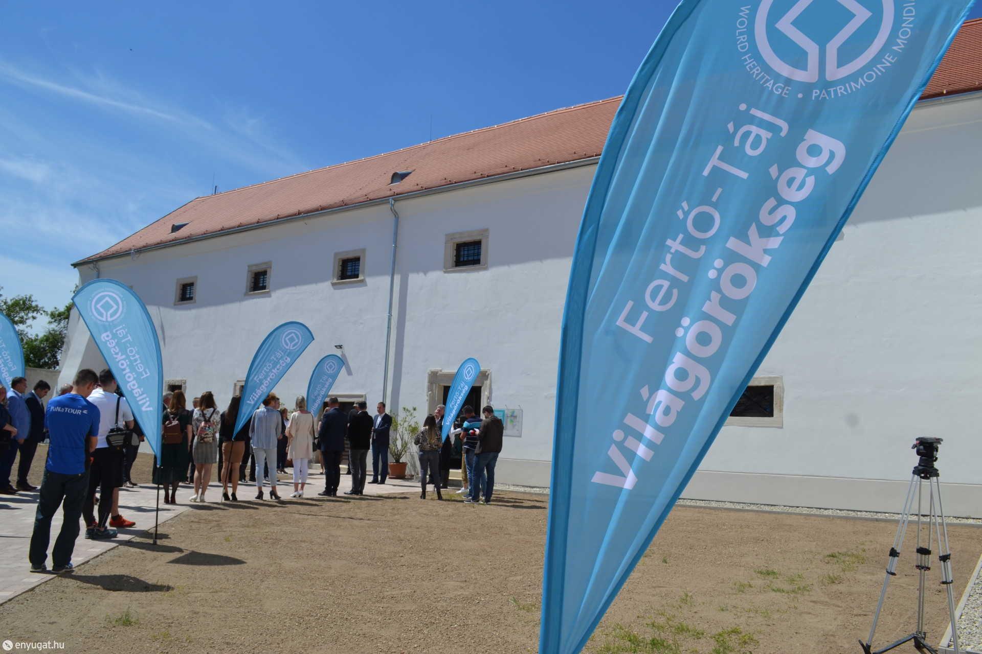 A Peisonia Világörökség Látogatóközpont a fertőszéplaki Széchényi-kastélyban kapott helyet.