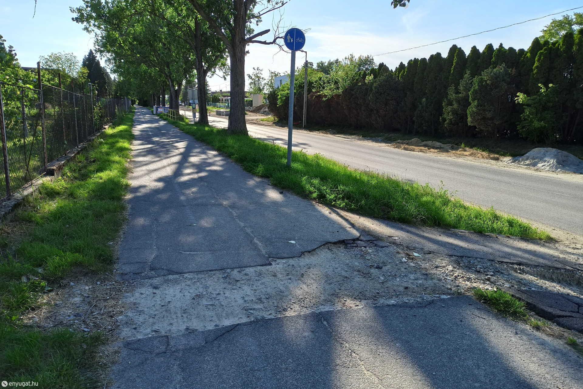 Akadályok az Ágfalvi úti gyalog- és kerékpárúton