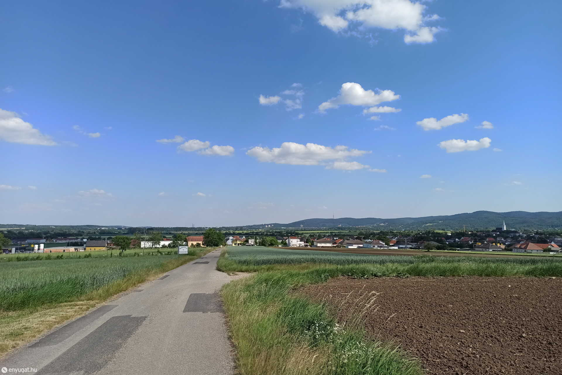 Somfalva, háttérben Sopronnal