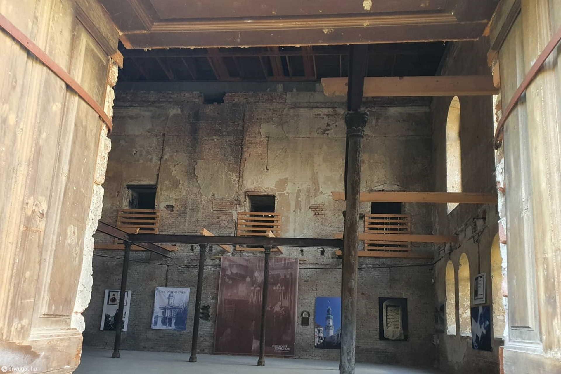 Az ajtón belépve ez a kép fogad: csak falak maradtak és az emlékezet.