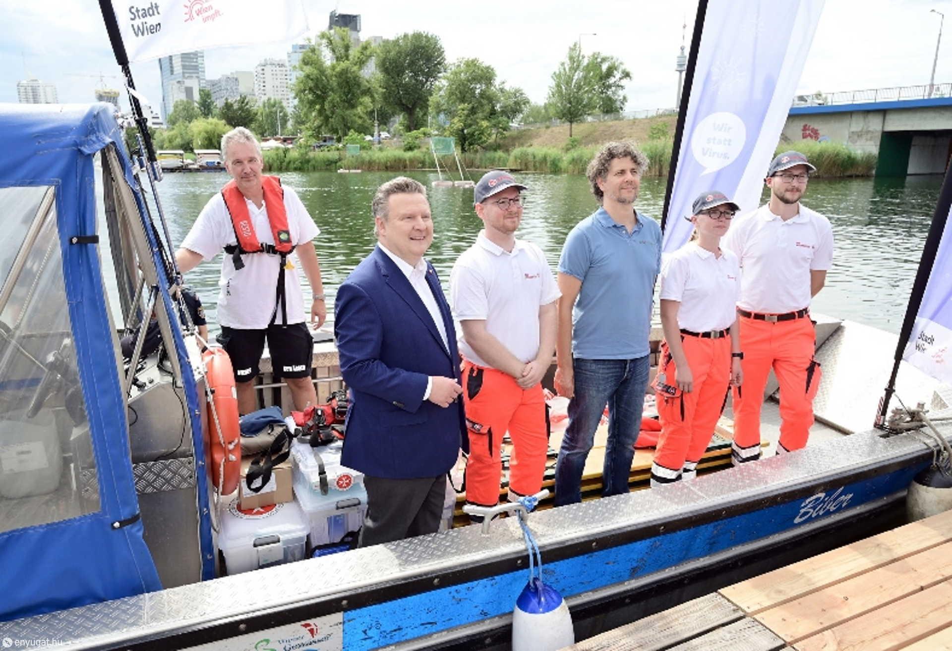Michael Ludwig polgármester és az oltóhajó legénysége