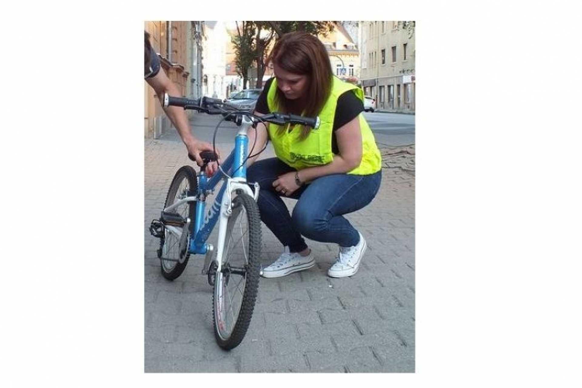 Kisgyermek kötött el egy biciklit