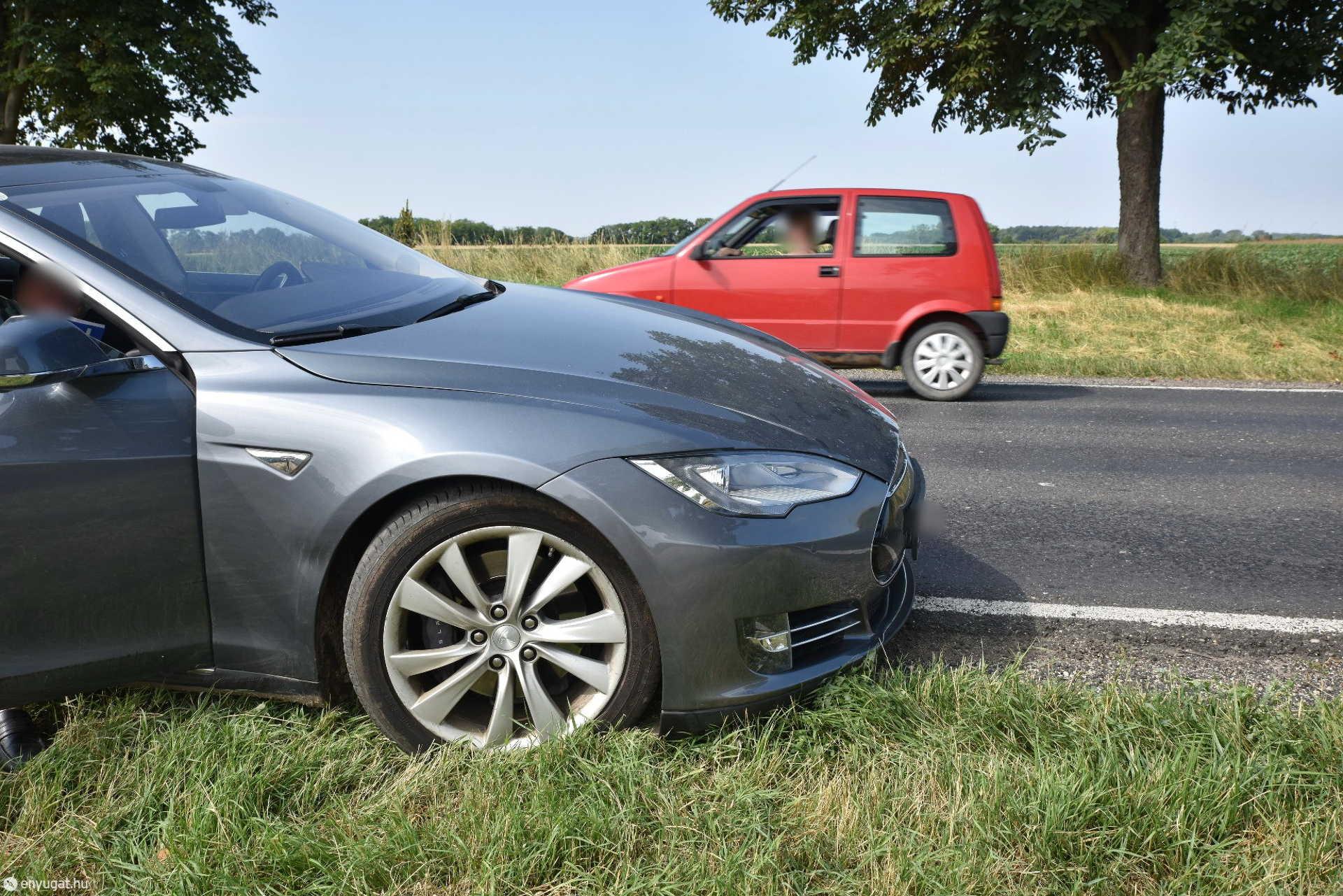 Tesla oldalának koccant egy előzésbe kezdő Suzuki Zsédeny közelében, a 84-es főúton