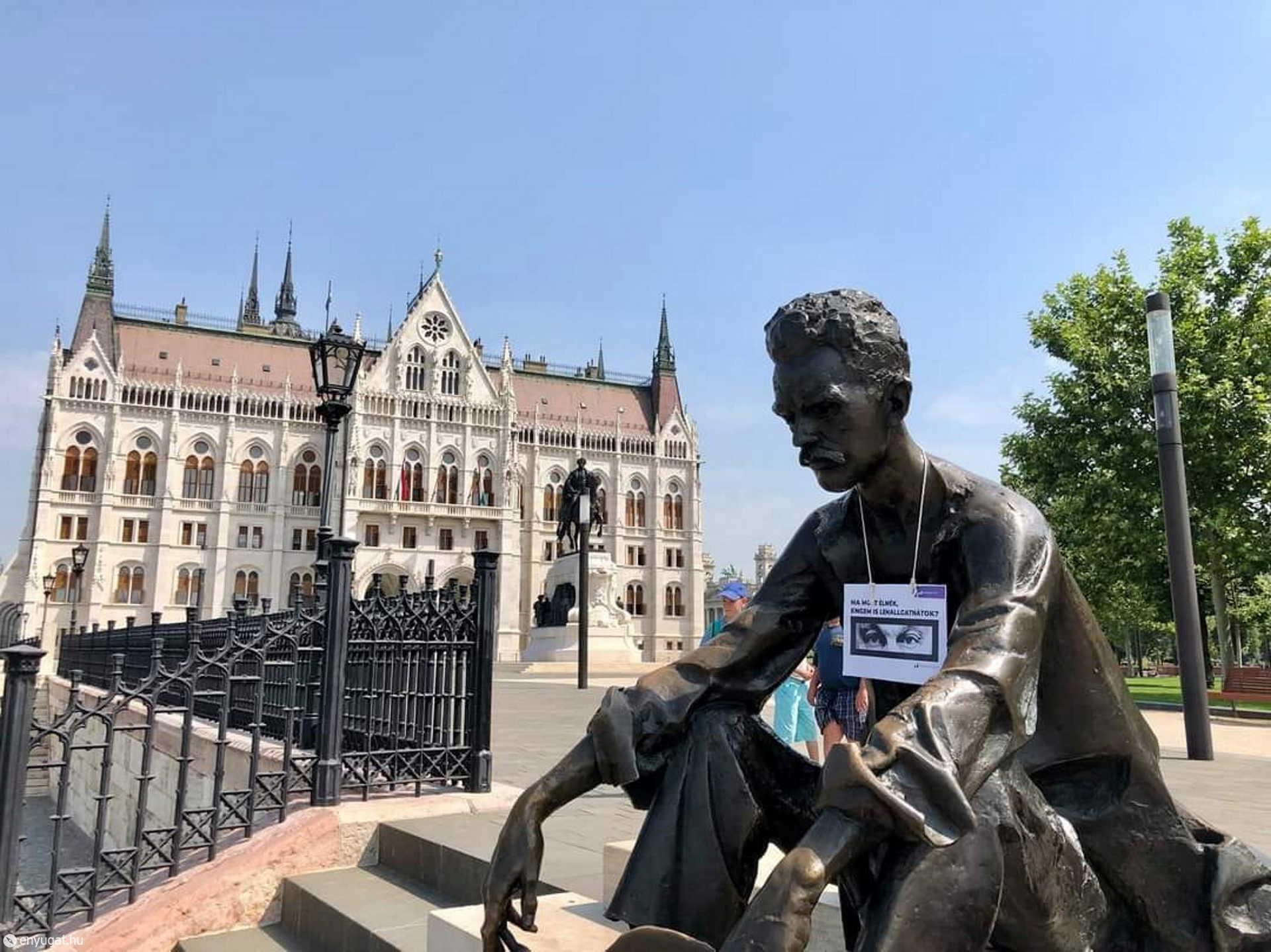 A Momentum aktivistái táblákat helyeztek ki olyan politikusok és közéleti emberek szobraihoz, akiket meghurcolt egy diktatúra.