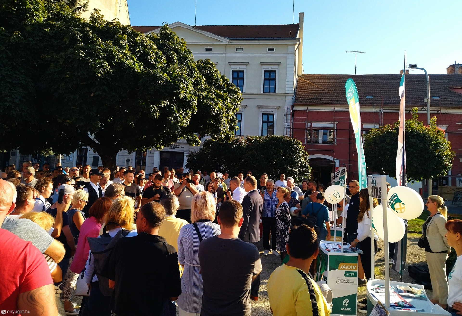 Széchenyi szobra mellett várták a soproniak a fórum főszereplőit.