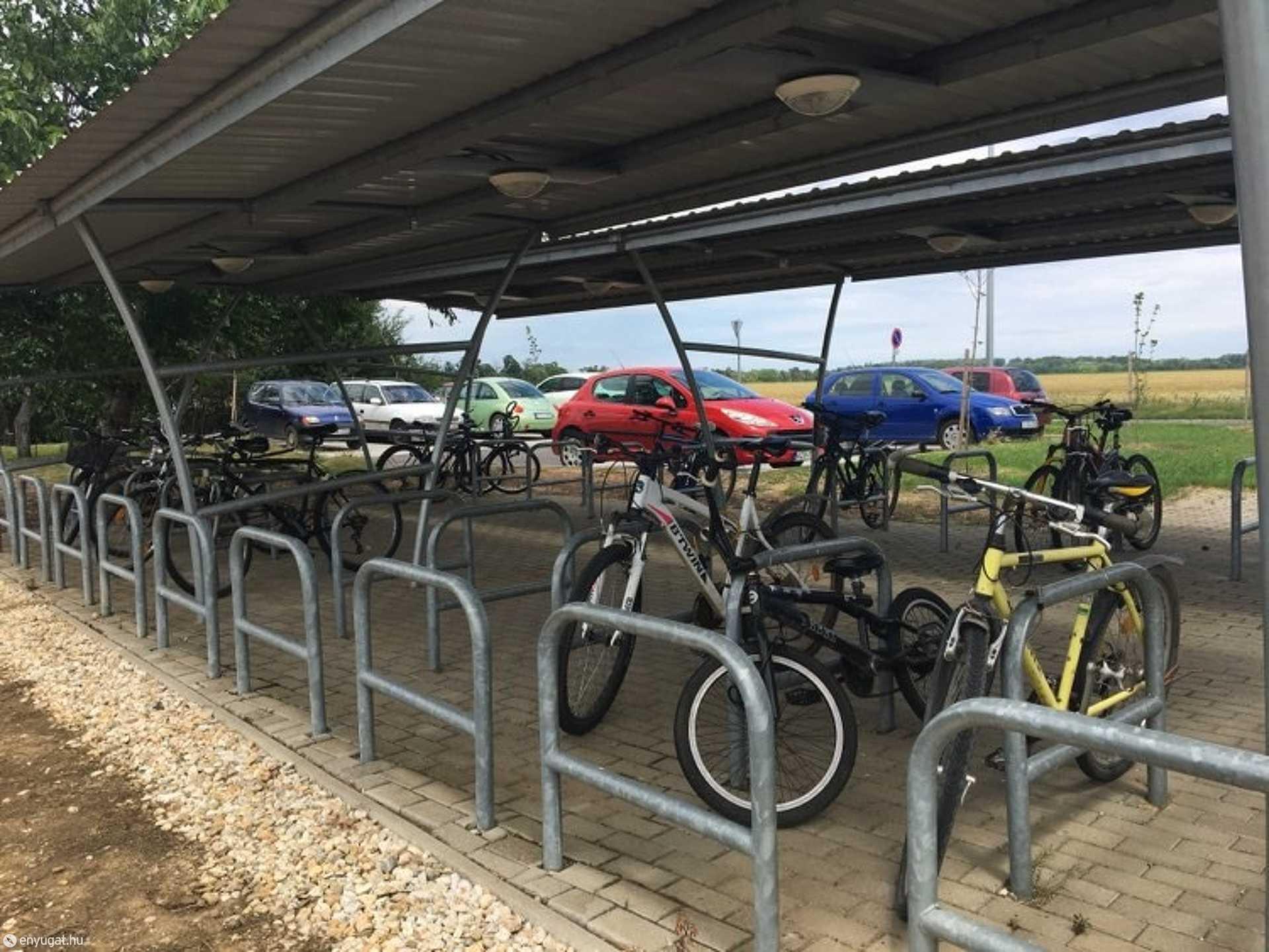 Az újkéri vasútállomás parkolójából időnként eltűnik egy-egy bicikli.