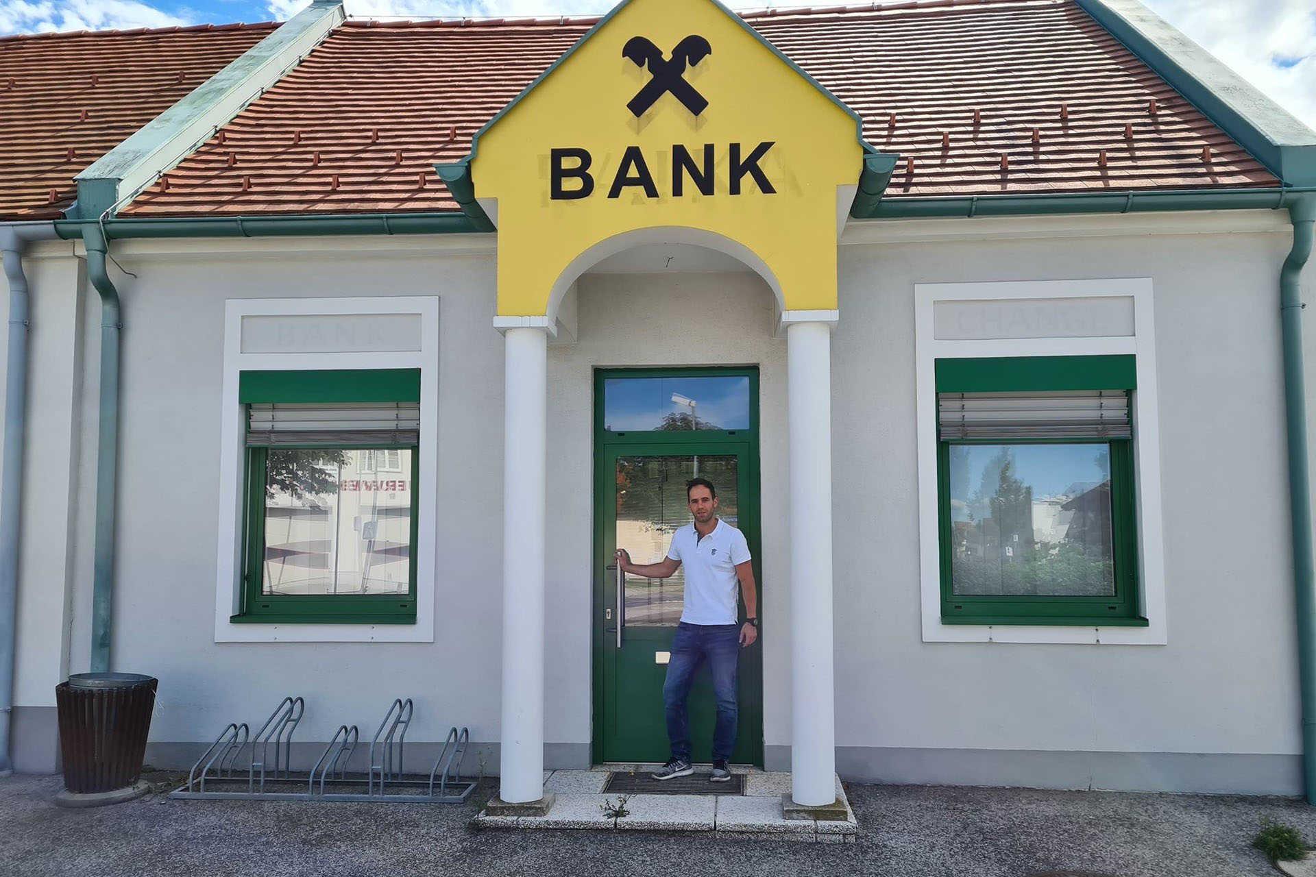 Manuel Emmer, az EMMVEST ingatlan ügyvezetője az egykori bankfiók előtt
