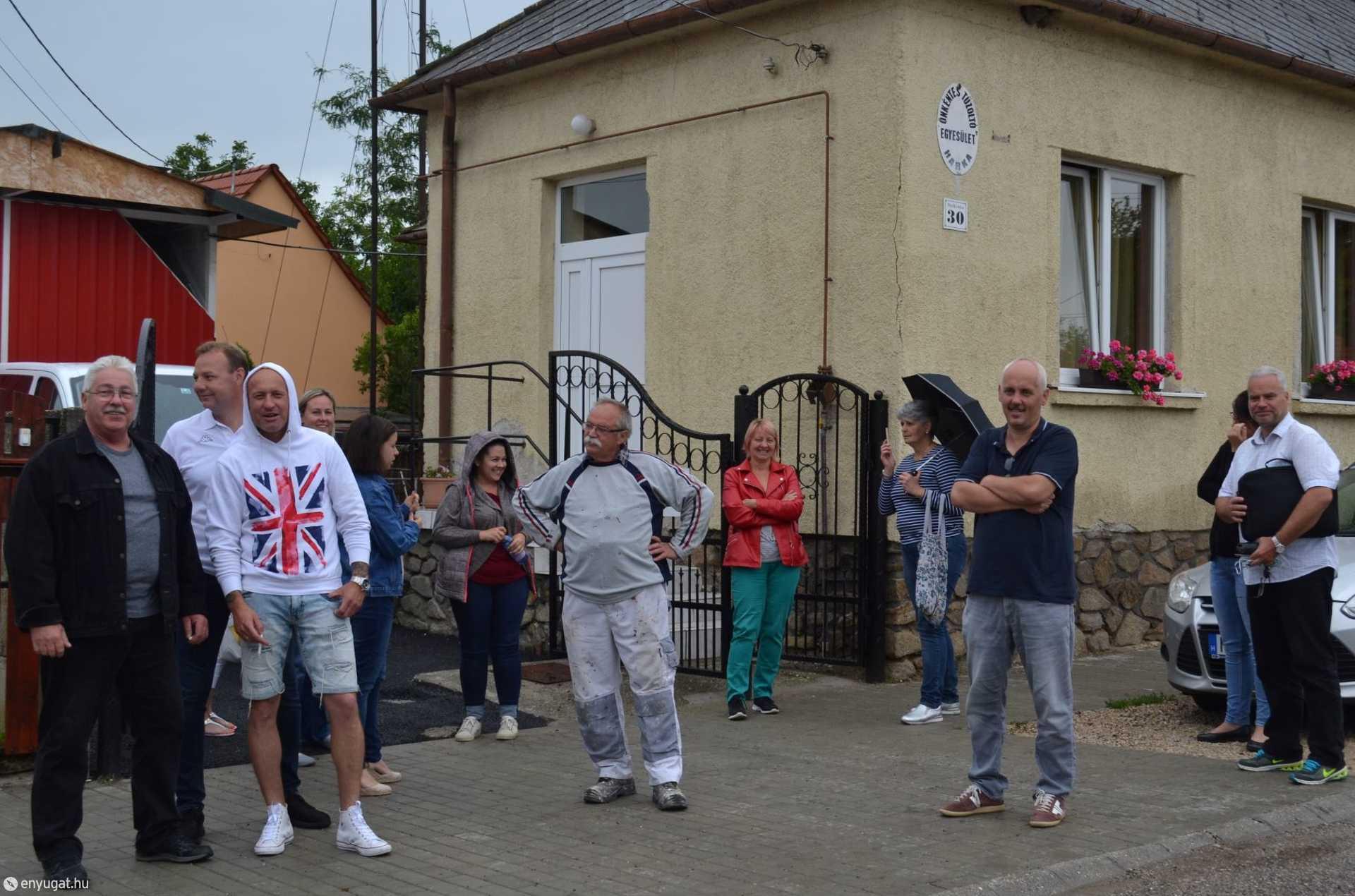 A harkaiak az elmaradt ülés után az utcán beszélték ki a történteket.