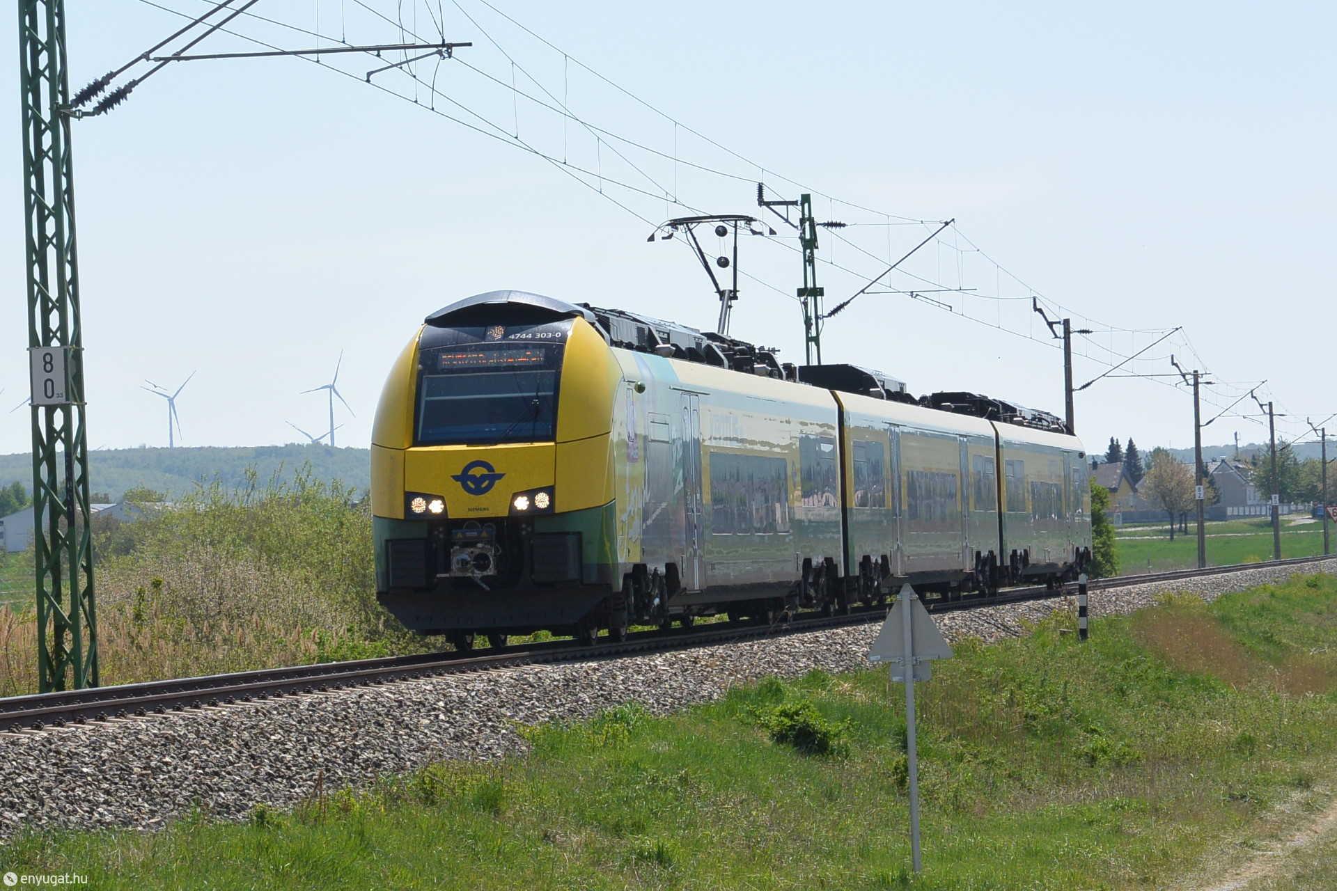 Regionalexpress halad Sopronkeresztúrról Sopron felé
