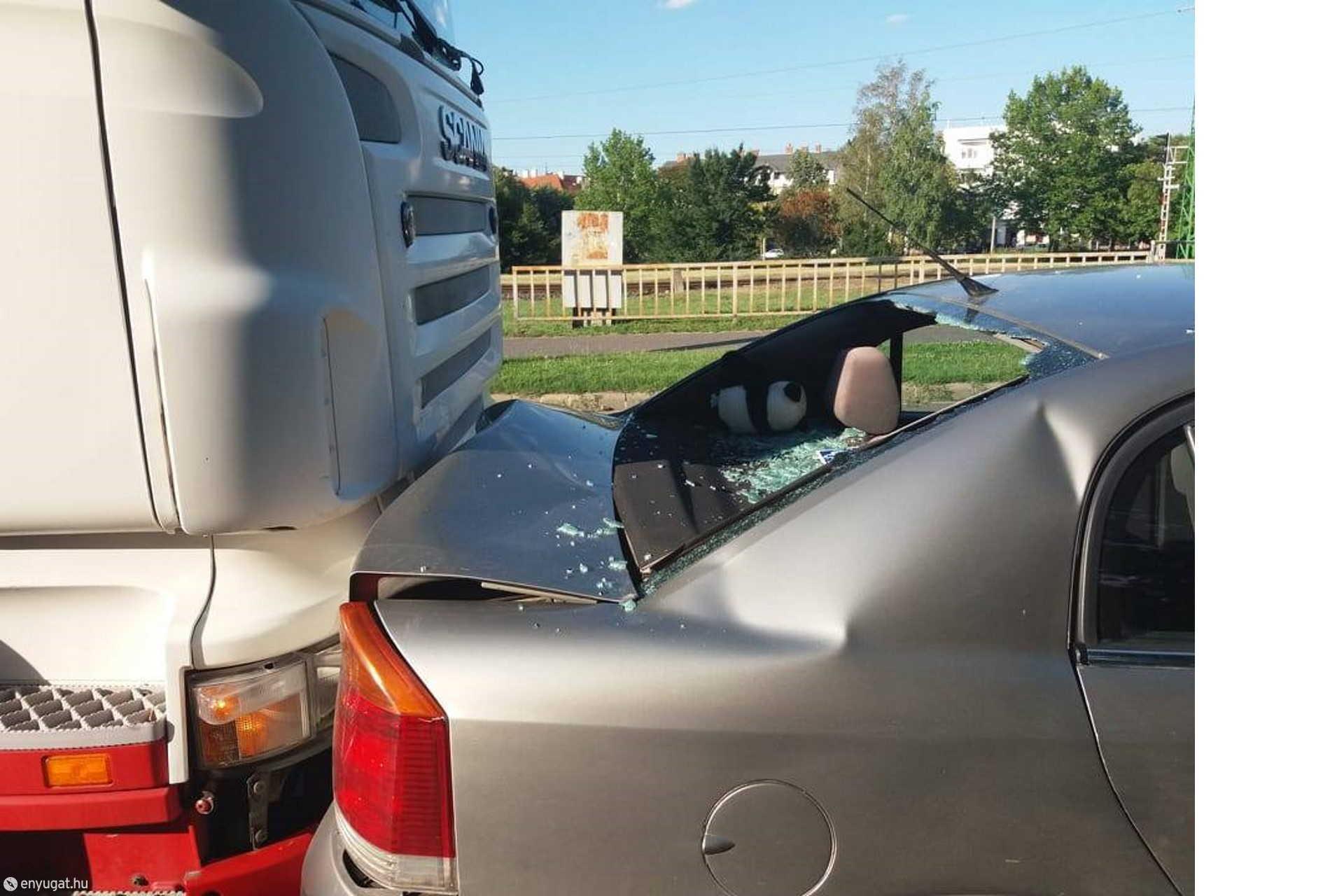 """Legjobban az Opel """"szenvedte"""" meg a karambolt."""