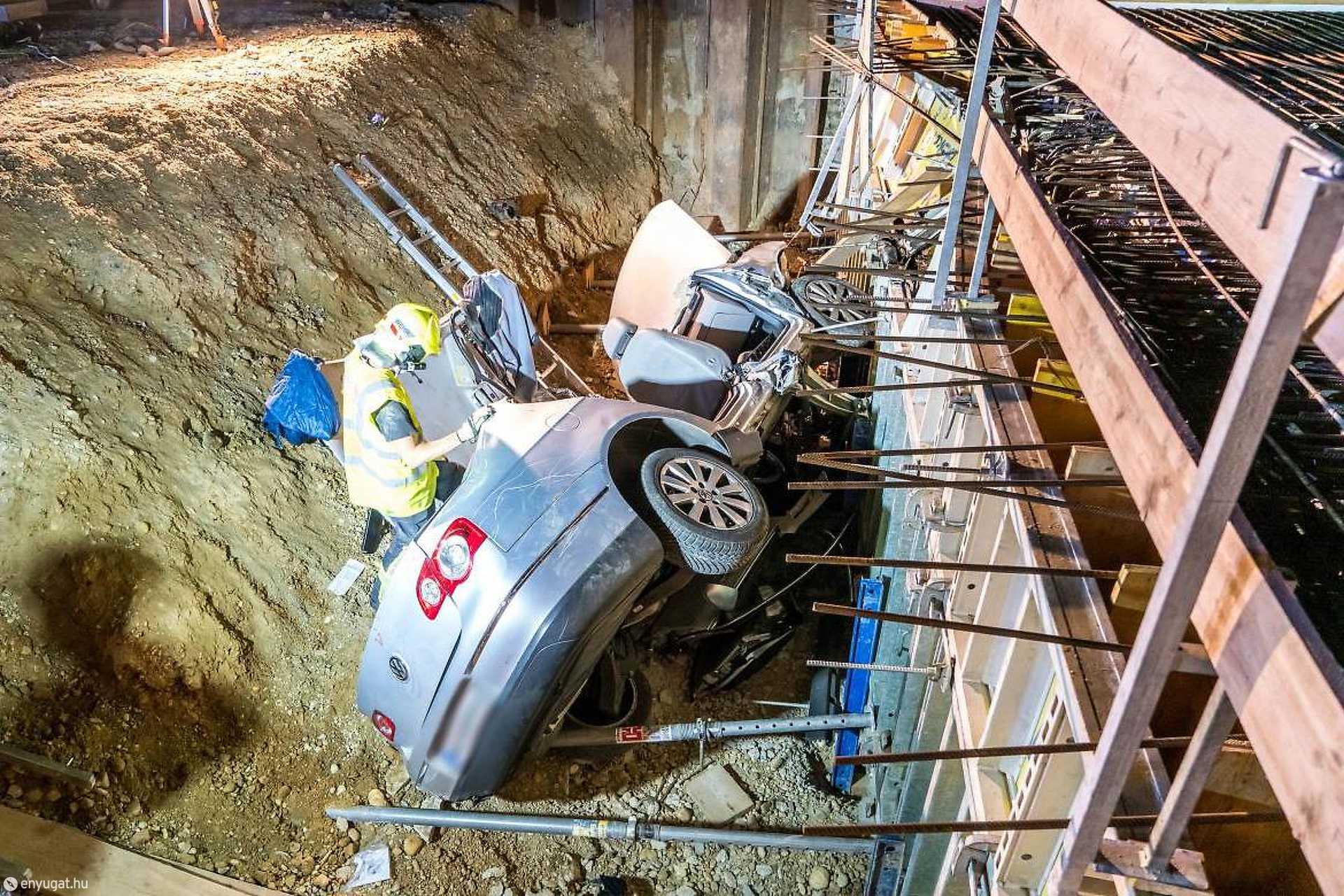 Az autó építési területre hajtott, majd a zsaluzás gödrébe zuhant.