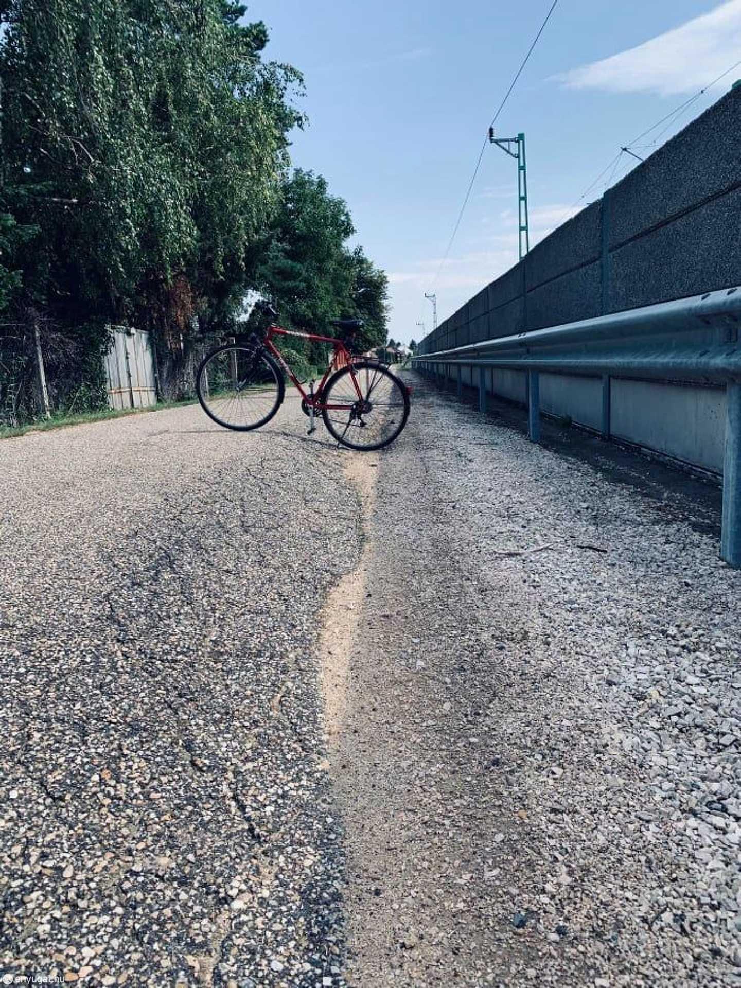 A kerékpár mutatja a szintkülönbséget.