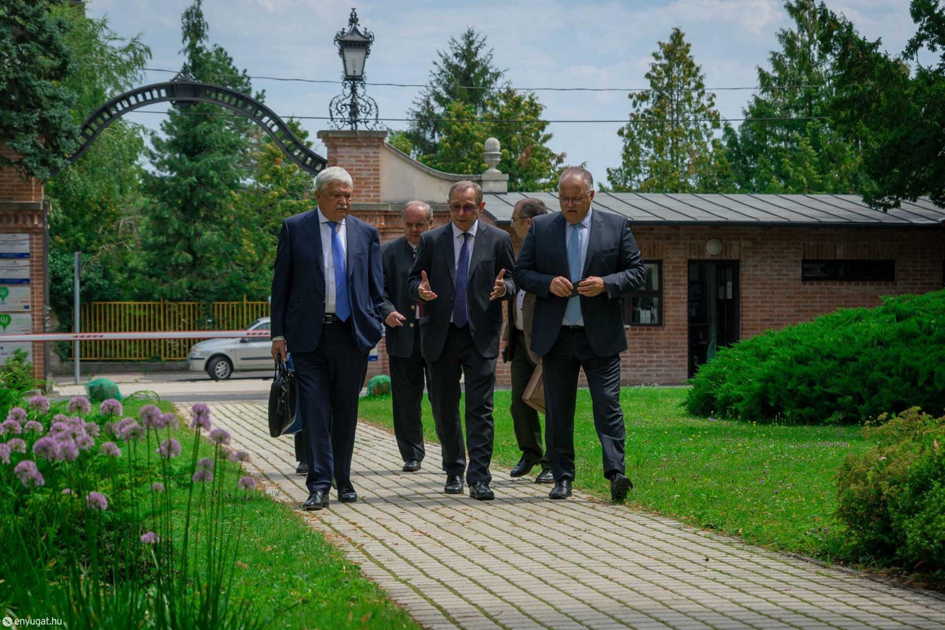 Dr. Csányi Sándor, a Soproni Egyetemért Alapítvány kuratóriumának elnöke, Prof. Dr. Náhlik András leköszönő rektor és Prof. Dr.