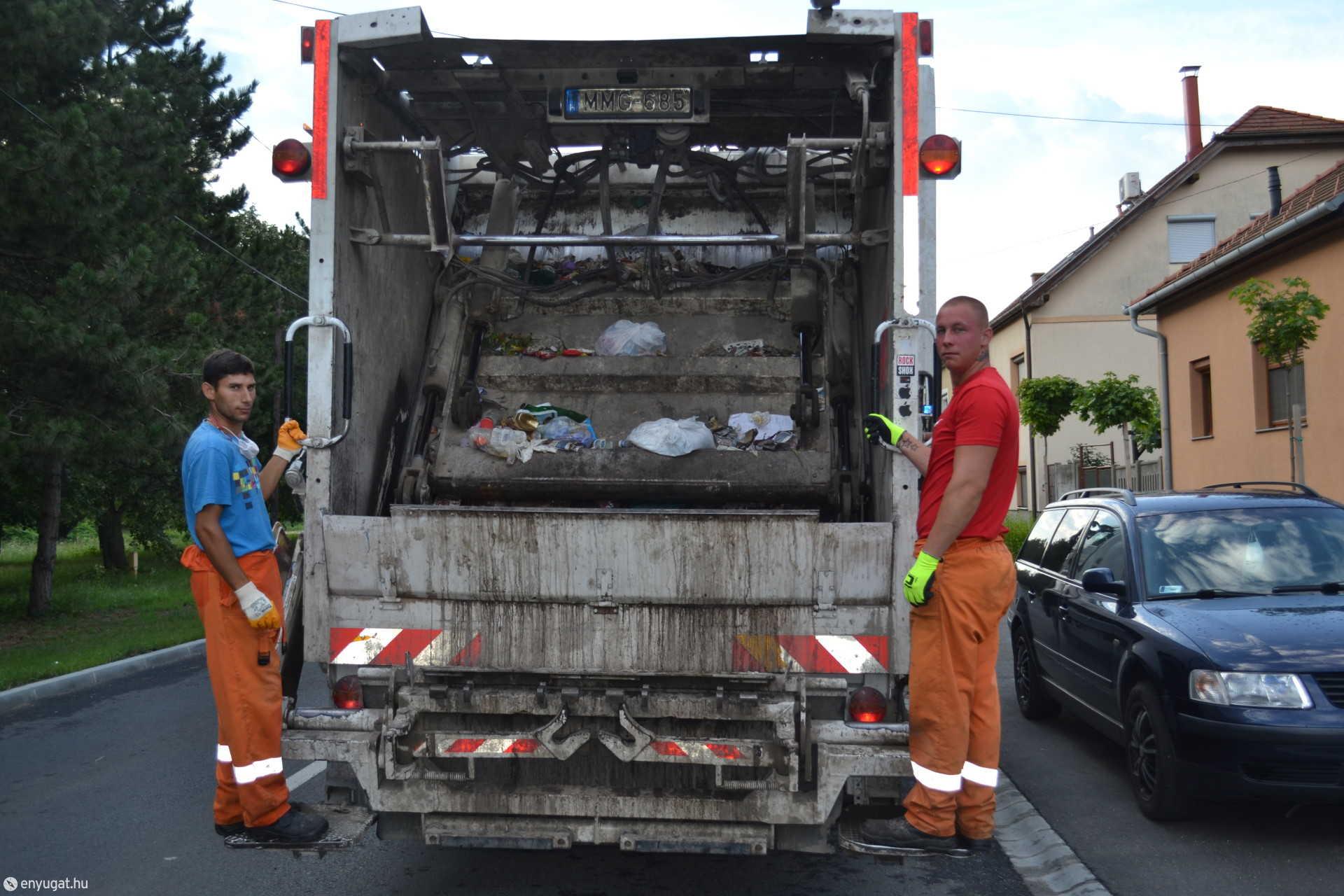 A rakodók egy-egy műszakban húsz tonnányi súlyt húznak oda az autóhoz.