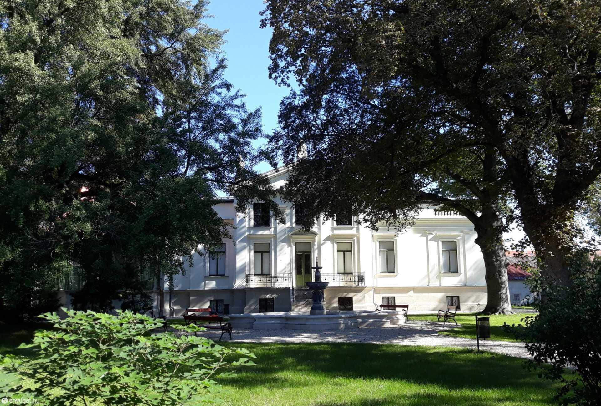 A kastélyszerű épület minden soproni szívéhez közel áll.