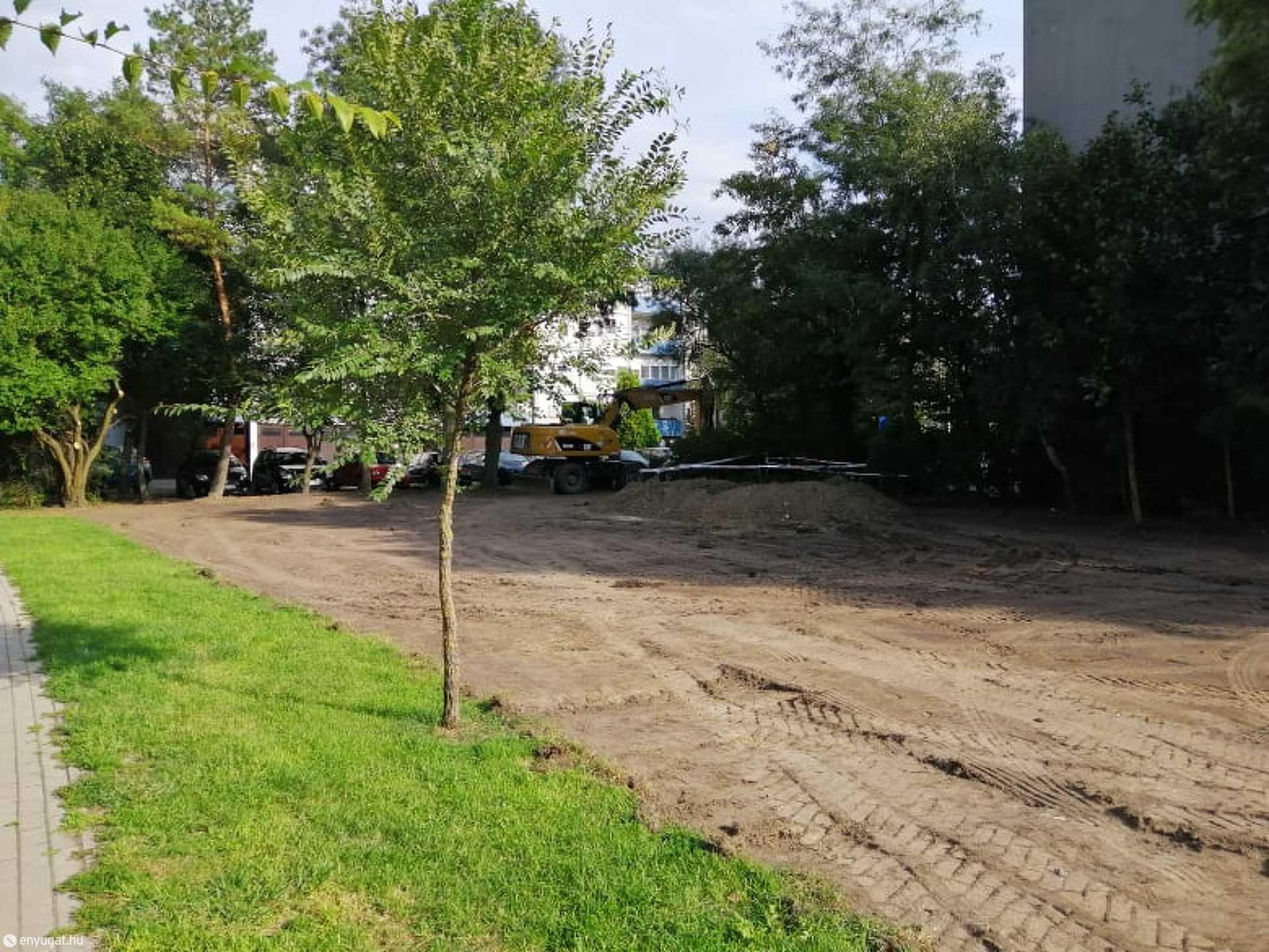 Az építési engedély járda és parkoló létesítésére szól.