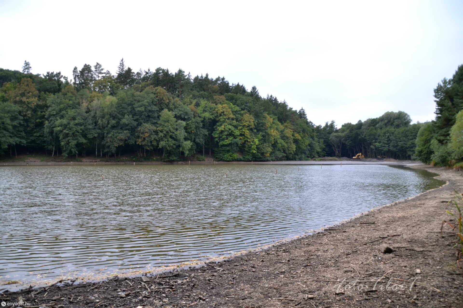 Fehér úti tó kotrása miatt most alacsonyabb a víz szintje.