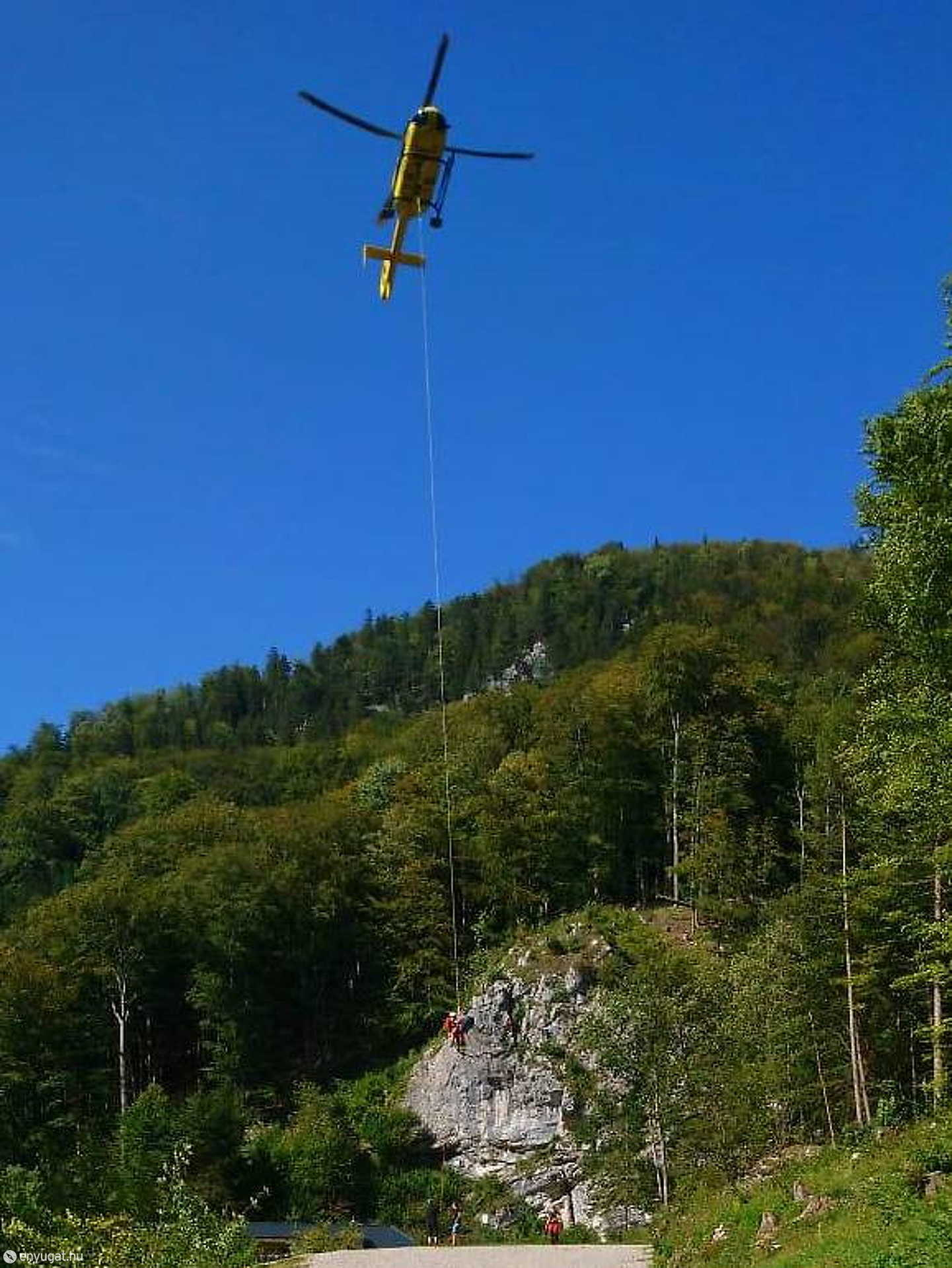 A pórul járt fiatal nőt kötelekkel szabadította ki a mentőhelikopter.