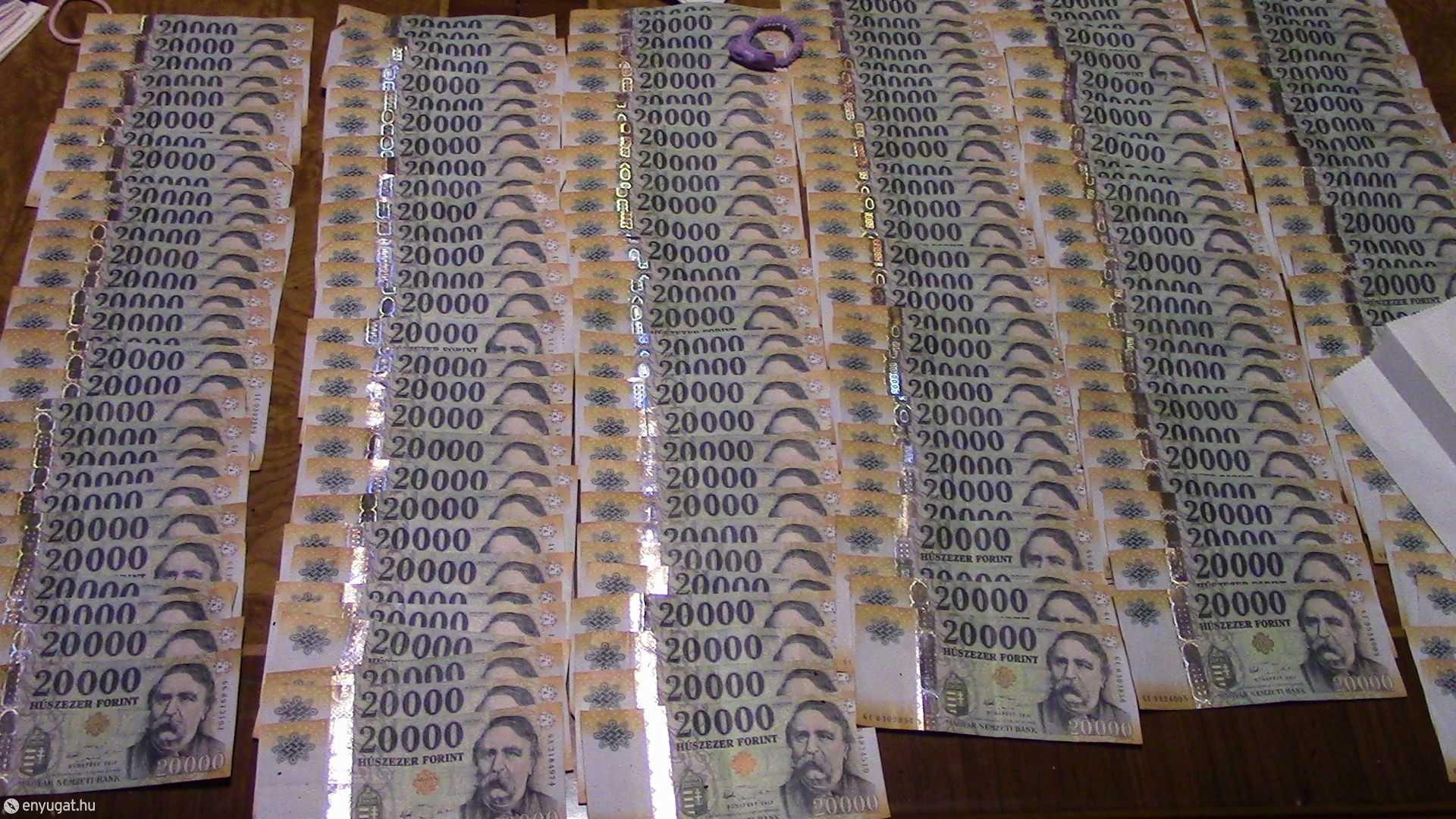 A nyomozók találtak egy kevés pénzt is...