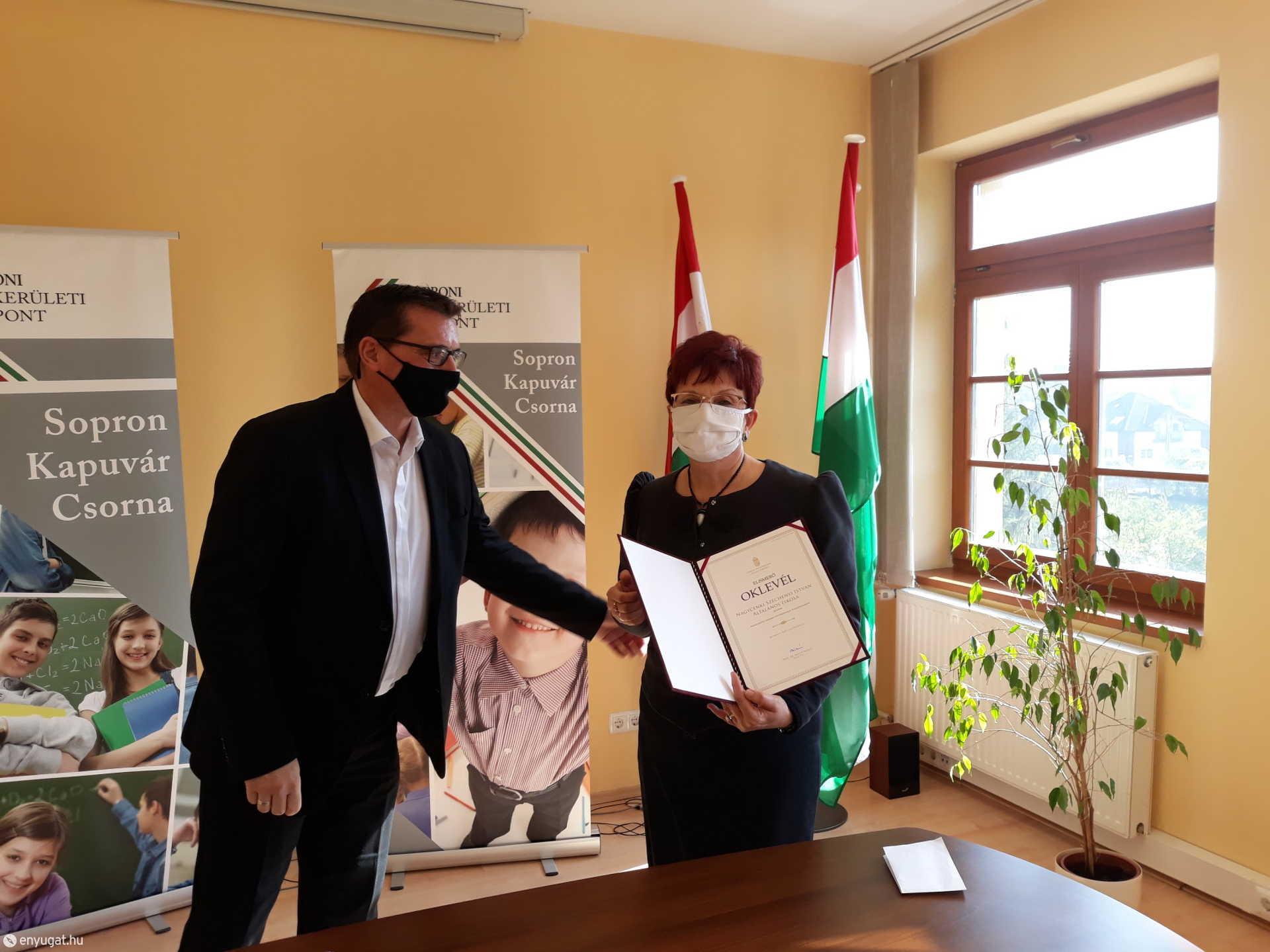 Marek János tankerületi igazgató gratulált elsőként az elismeréshez.