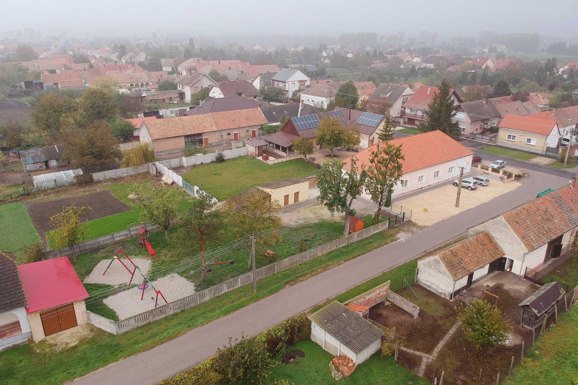 Átadták a Magyar falu programban megújult óvodaudvart Osliban