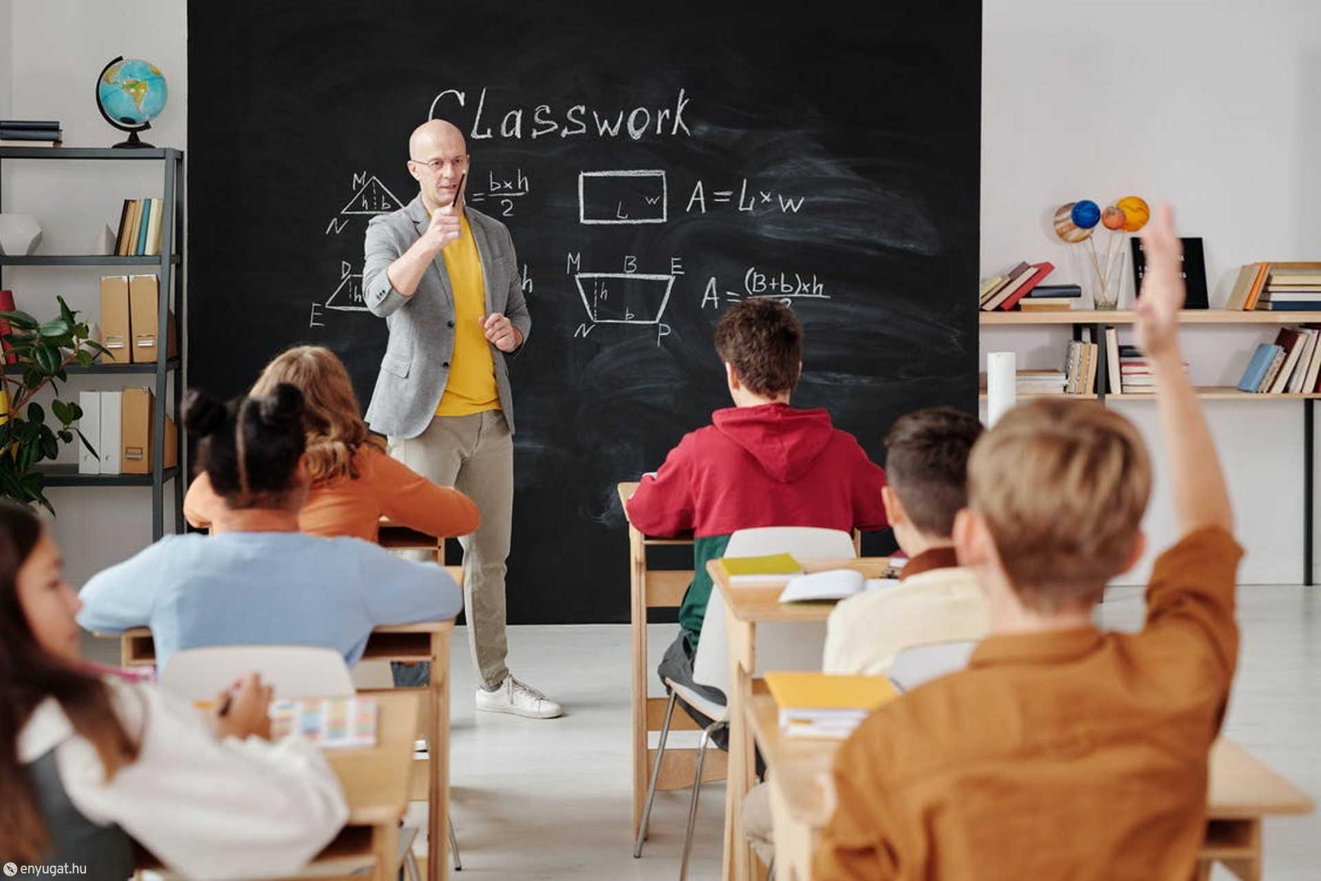 A tanárok magyarázatával könnyebben érthető a tananyag.