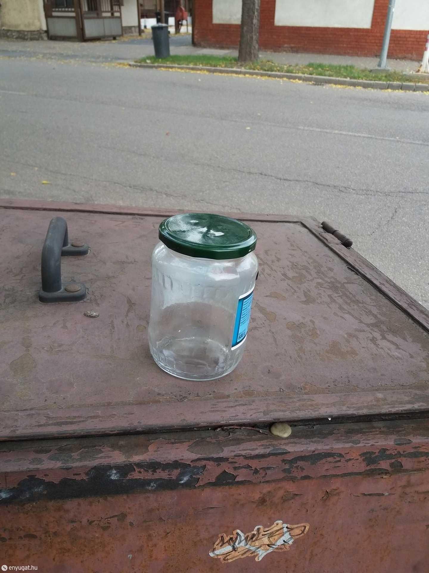 Valaki ottfelejtette a savanyúság üvegét.