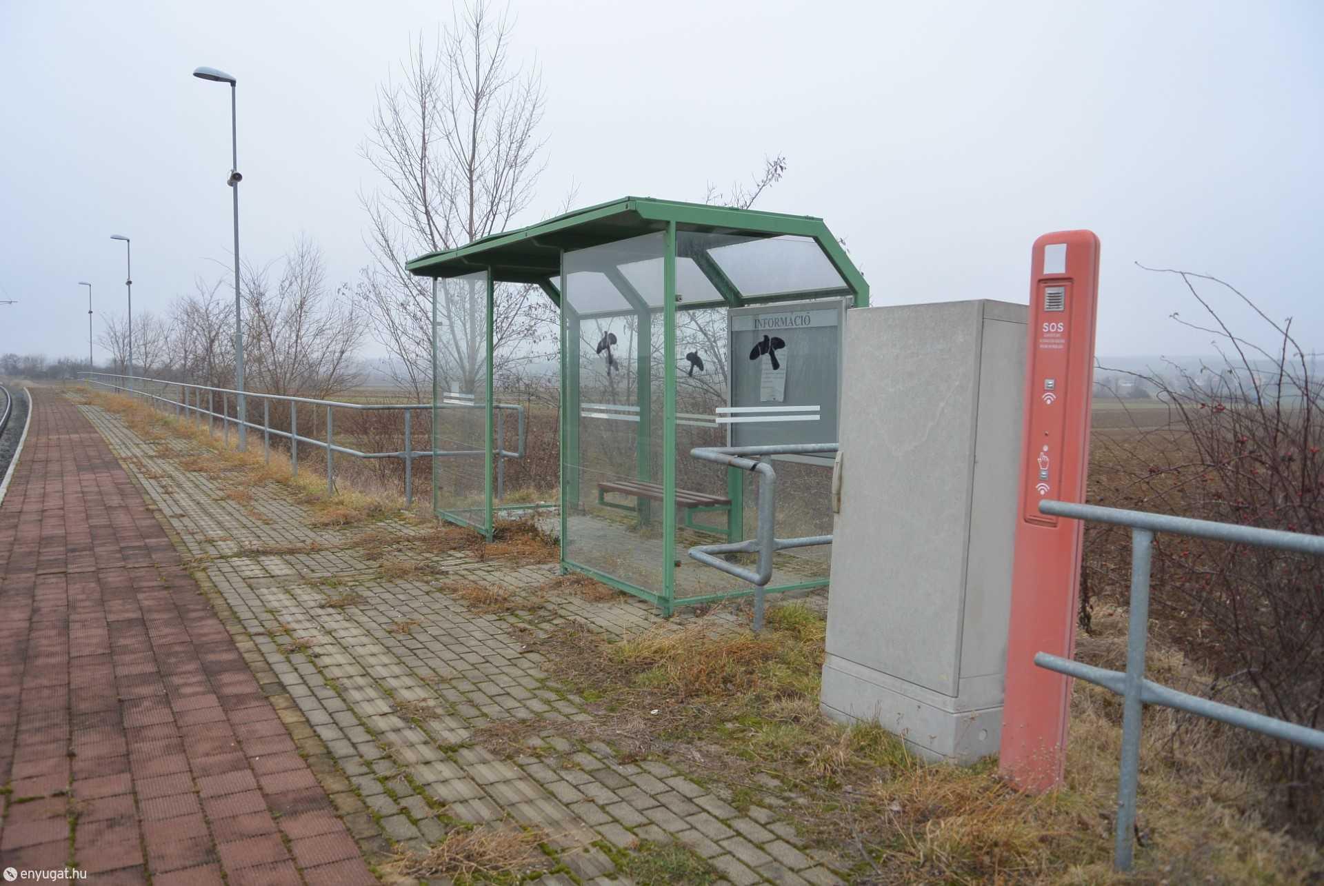 Pereszteg megállóhely, a vonatok csak áthaladnak