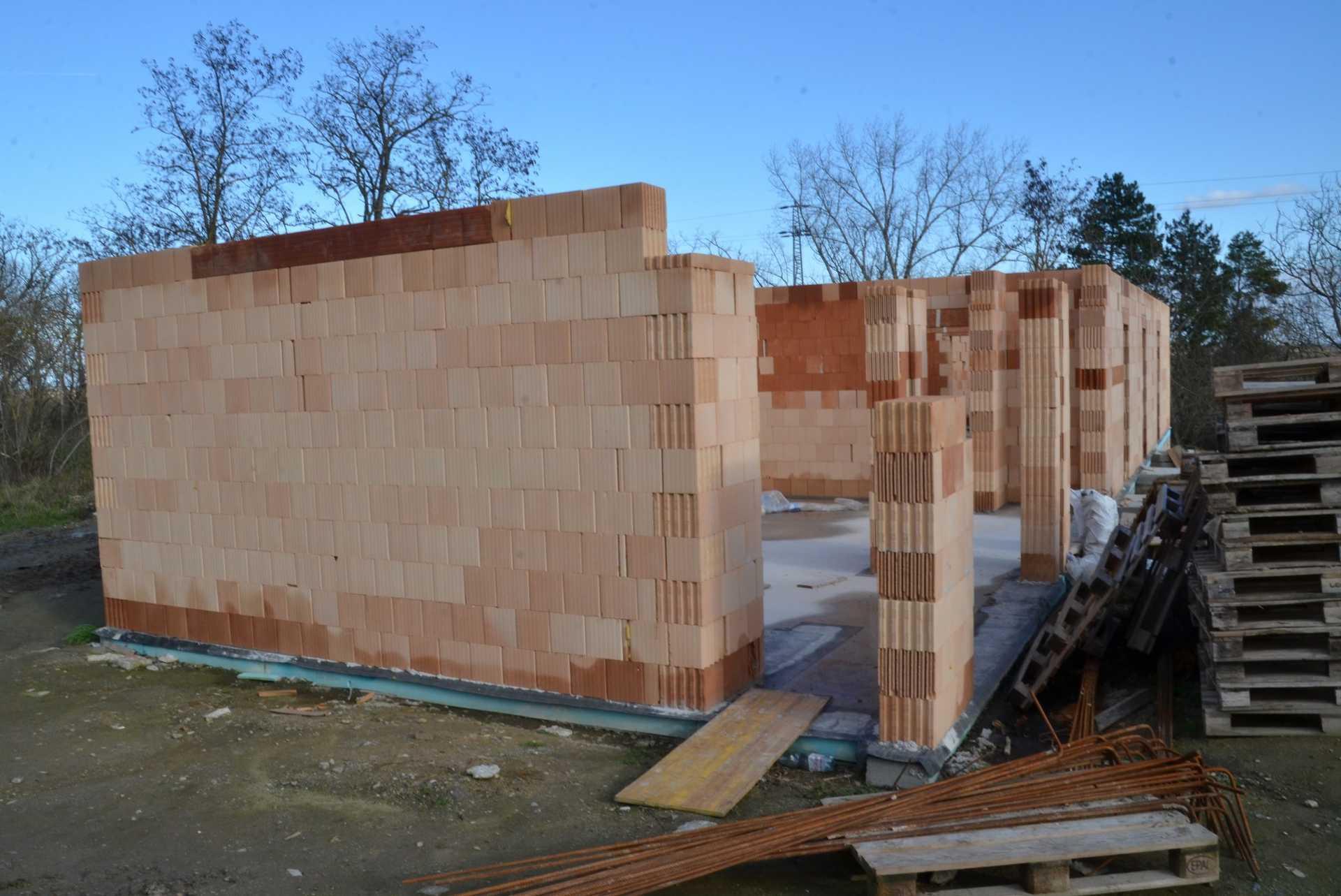 Már állnak az új központ falai.