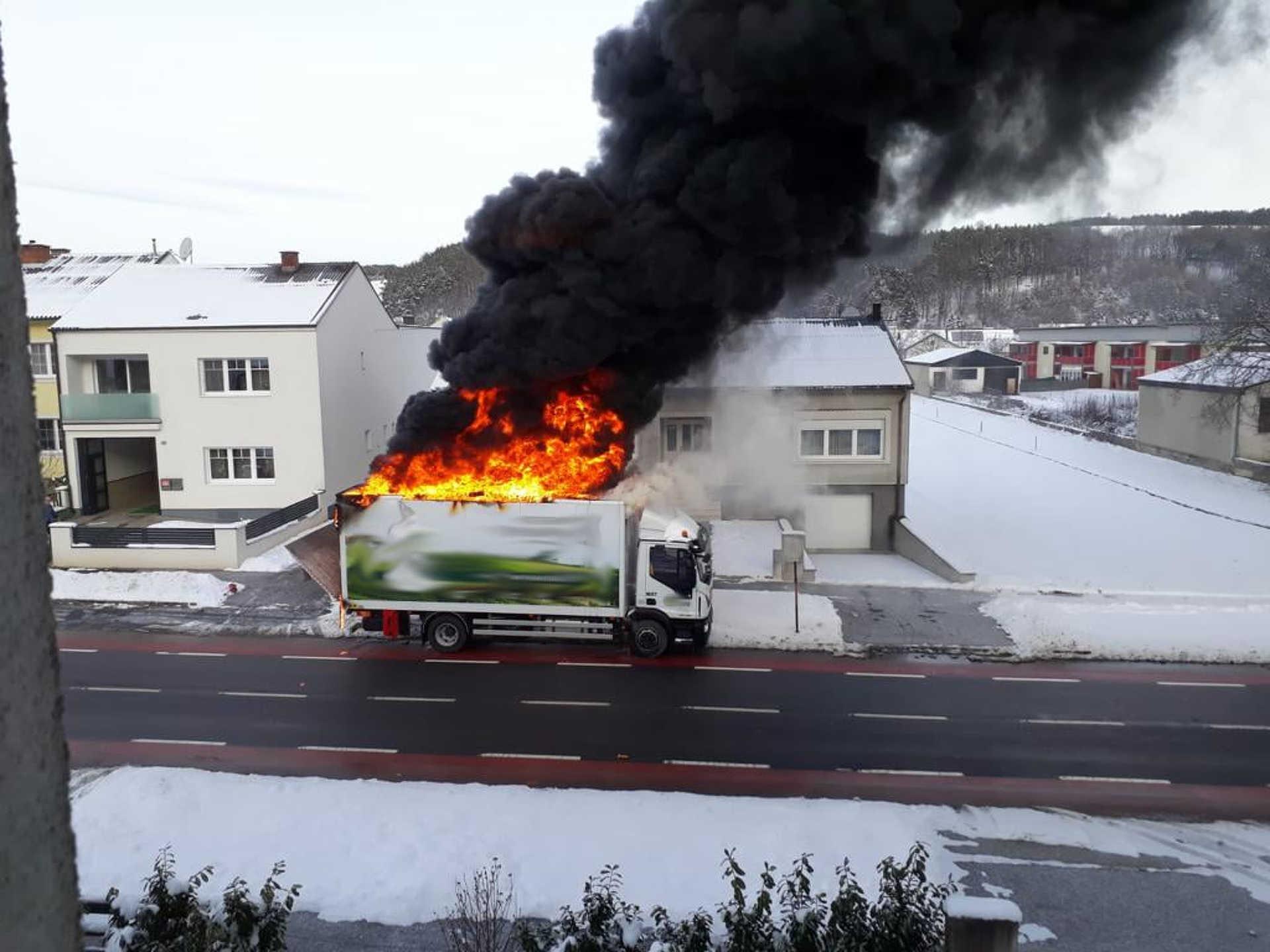 Hatalmas lánggal égett a teherautó
