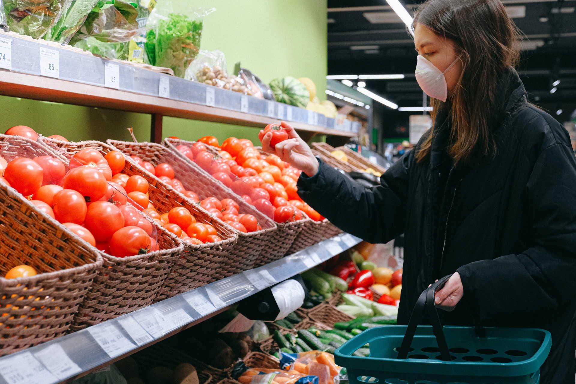 élelmiszerbolt maszkban