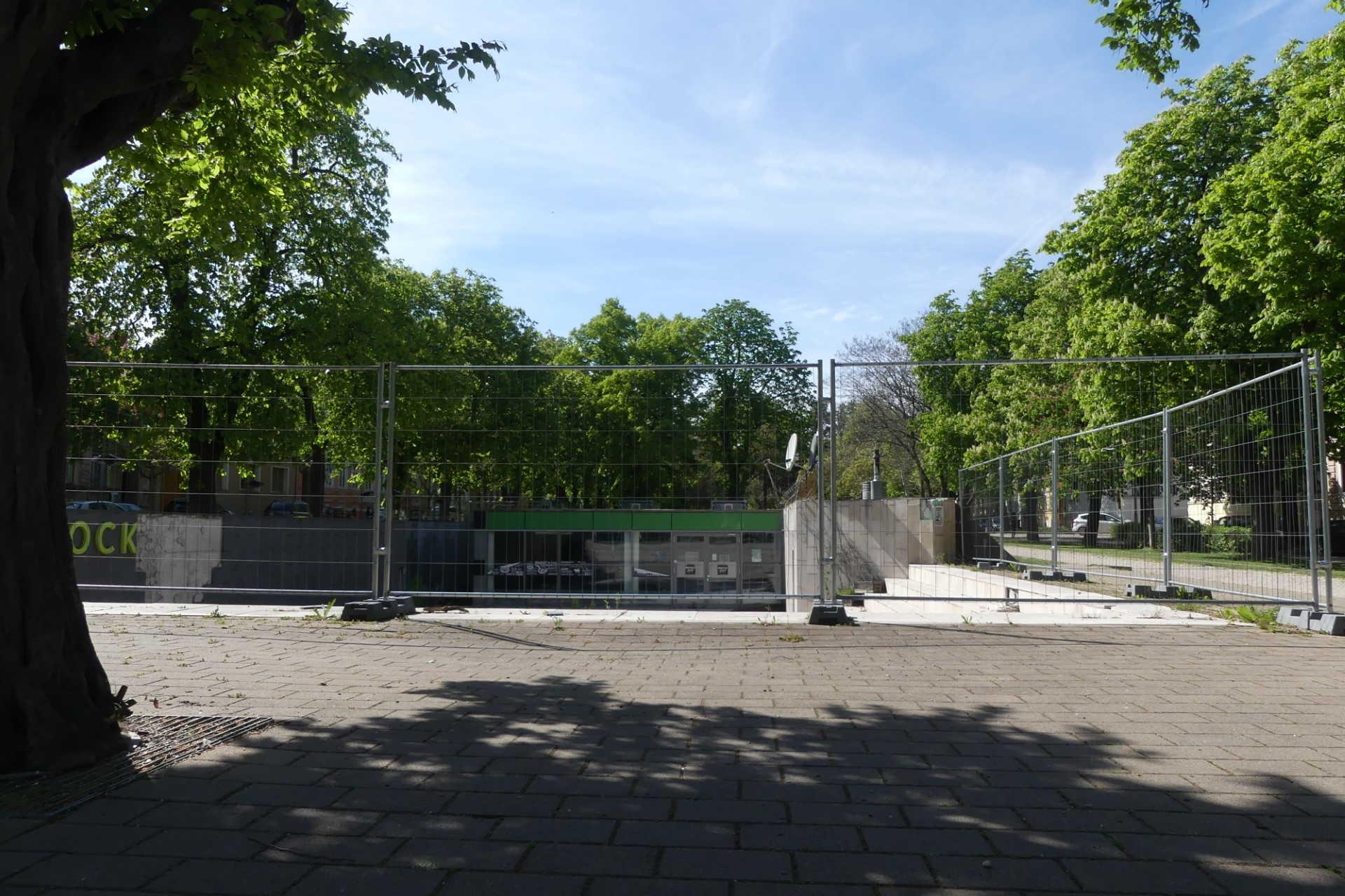 Pusztuló vendéglátóhely a Deák téren