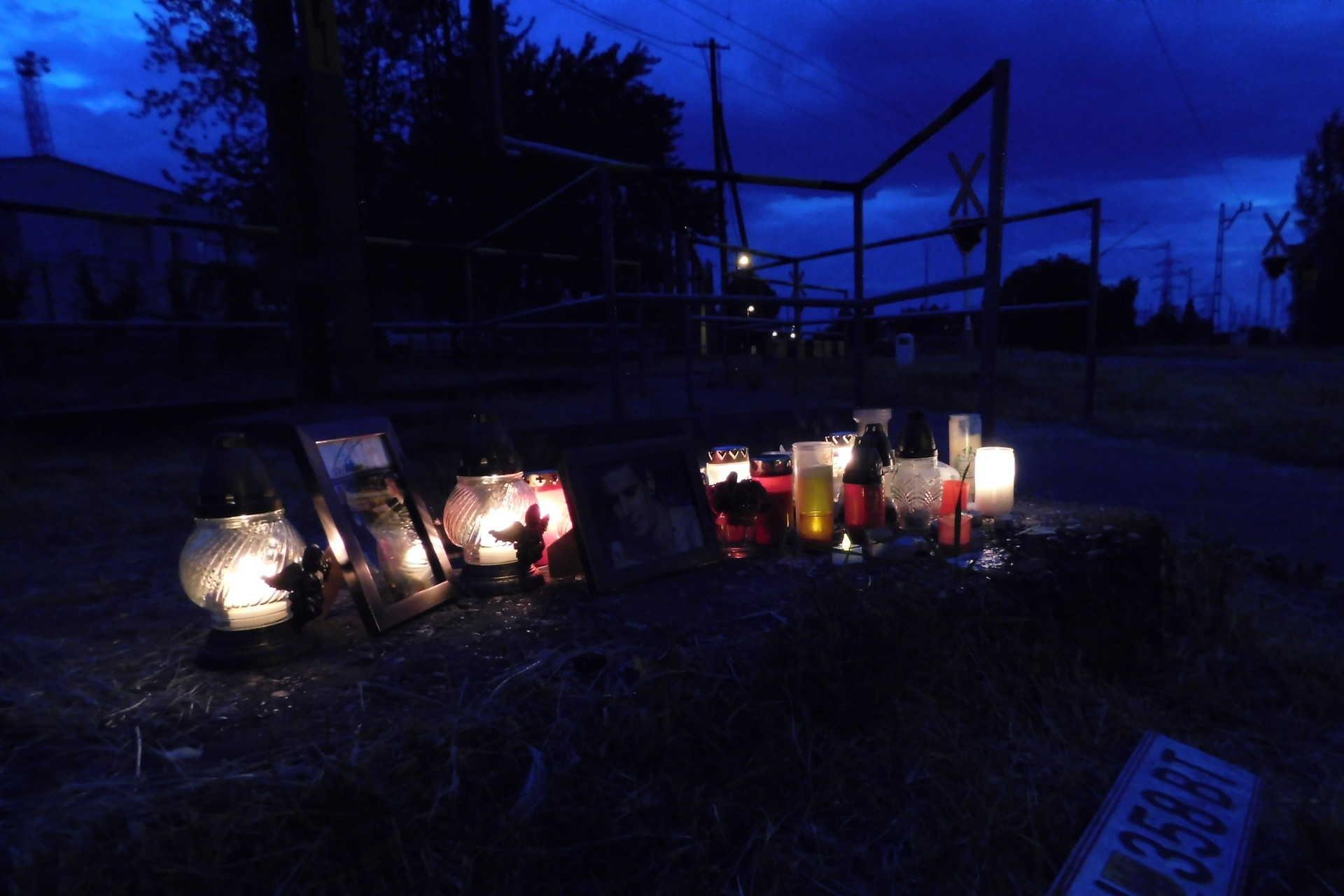 A nap szinte minden órájában jönnek megemlékezni az áldozatokról, minden este mécsesek ragyogják be a sötétséget.