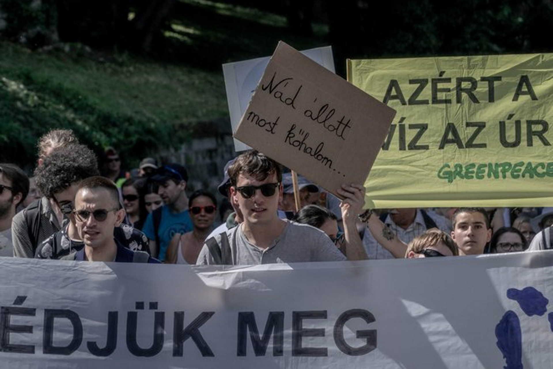 Demonstrálók a gigaberuházás ellen.