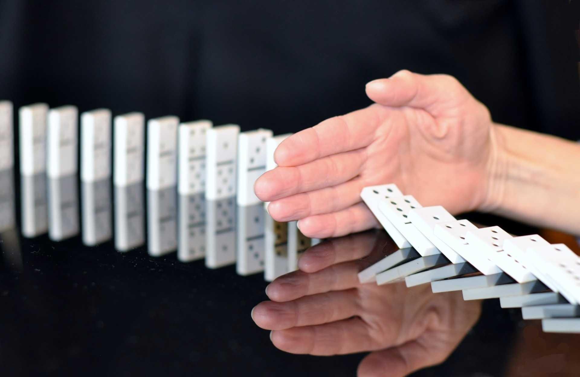 korrupcio allj, stop, domino, folyamat