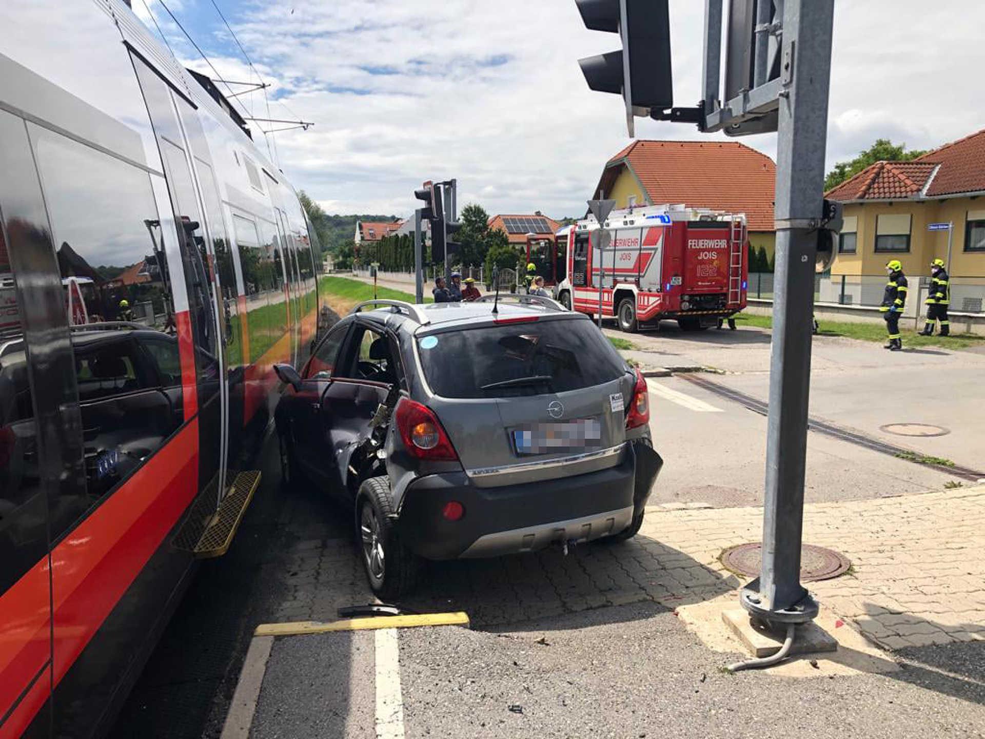 Autónak ütközött egy motorvonat Nyulason