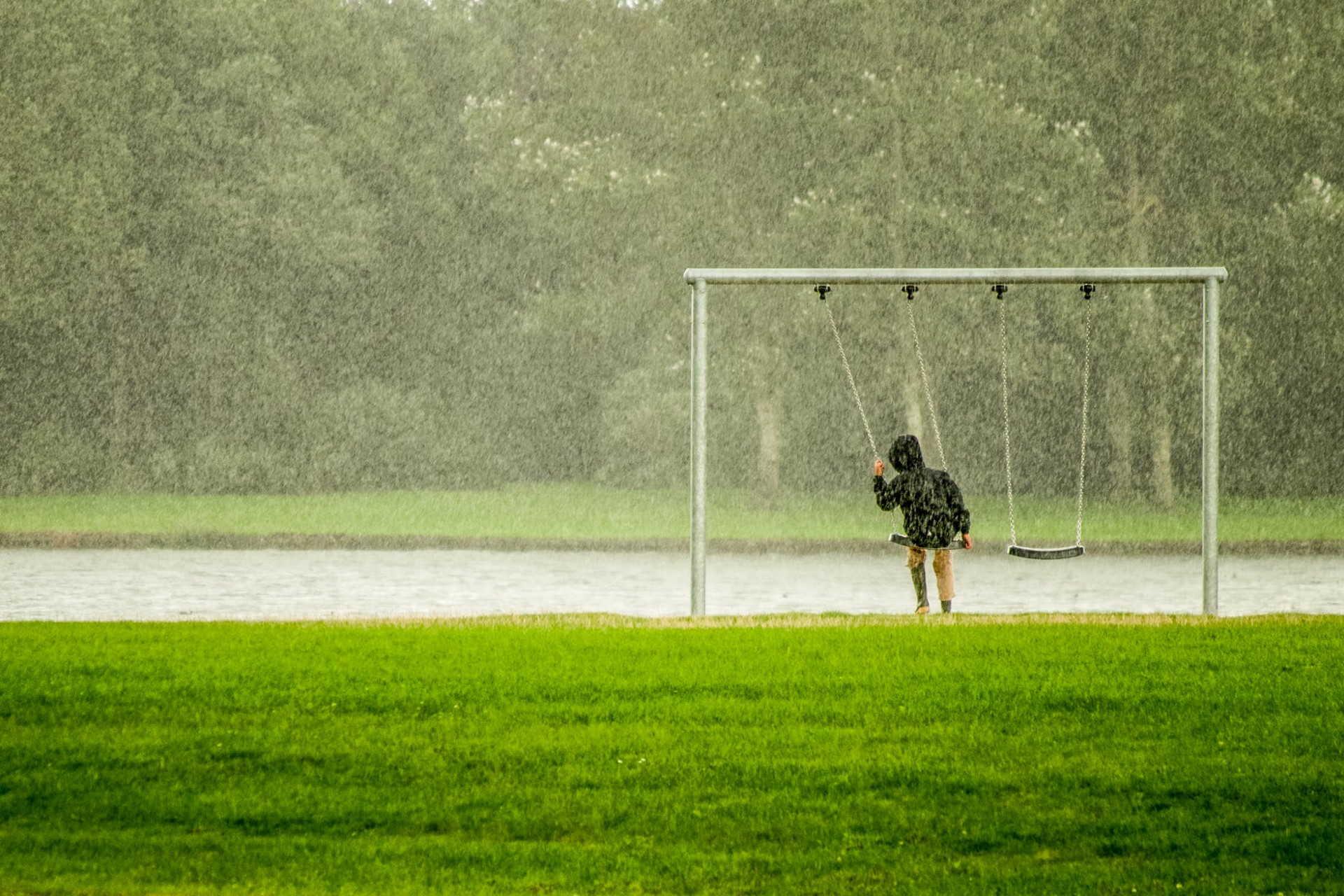Velünk marad az eső
