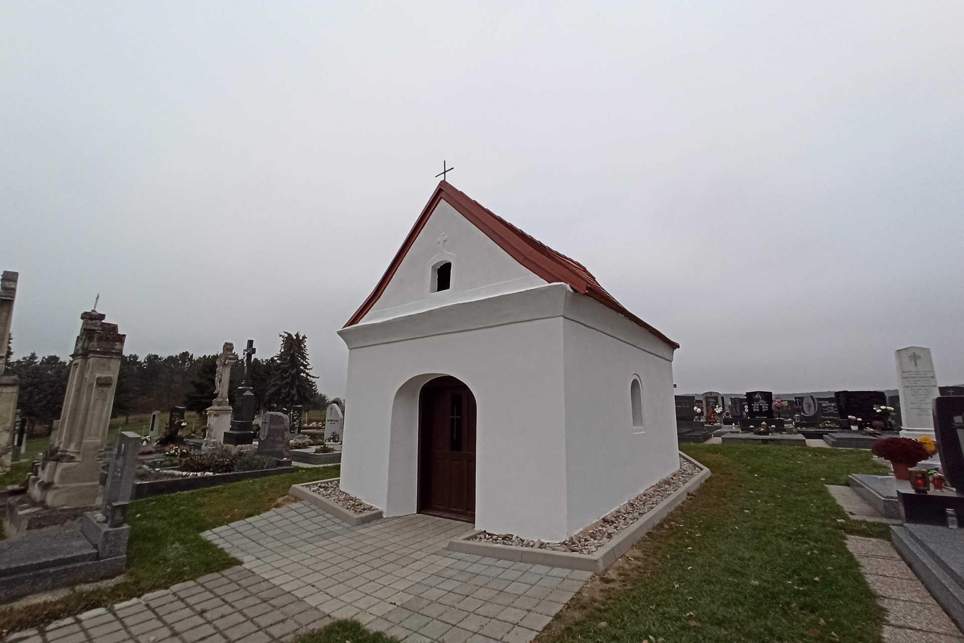 Felújított kápolna a középpulyai temetőben