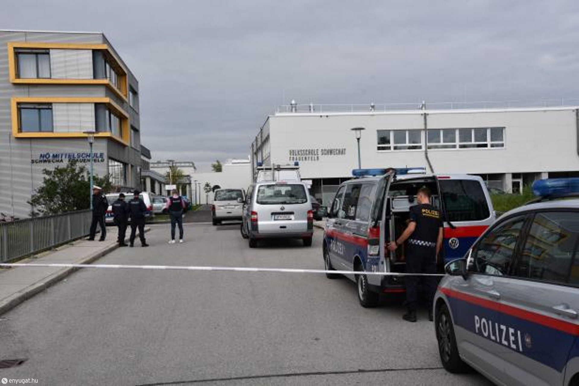 A hatóságok kiürítették az épületet.